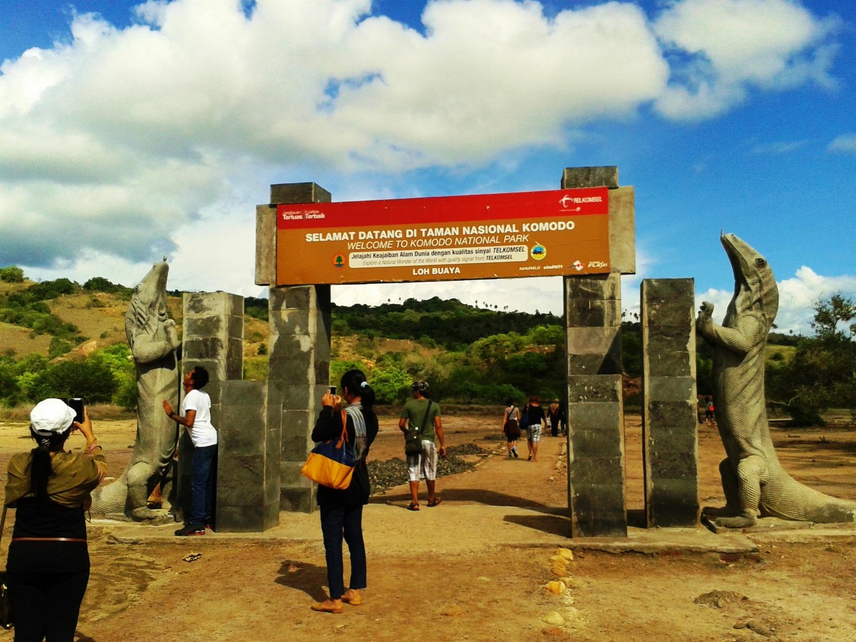コモドドラゴンの立像が印象的なリンチャ島の入場ゲート(4日目)