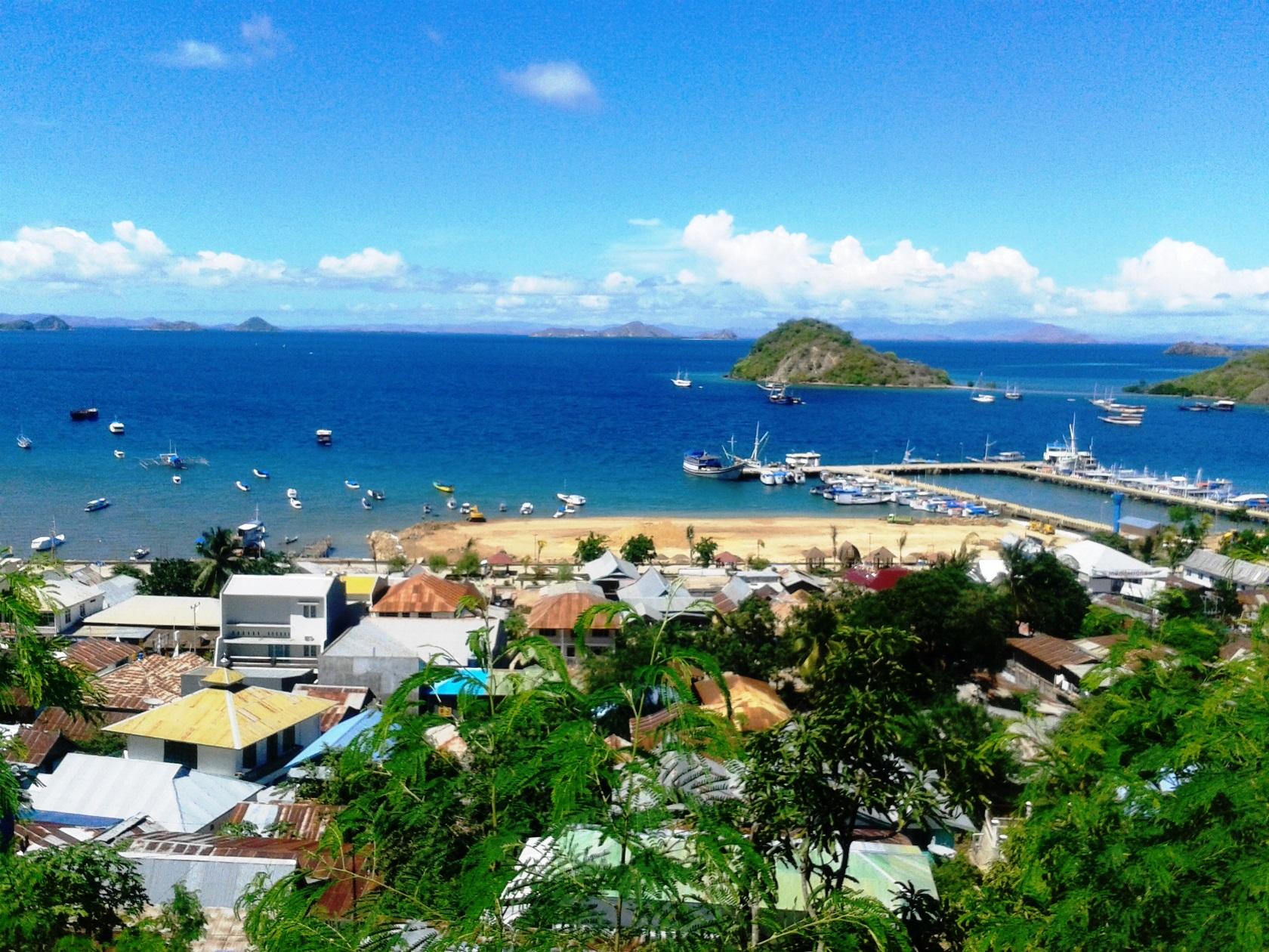 フローレス島の港町ラブアンバジョー