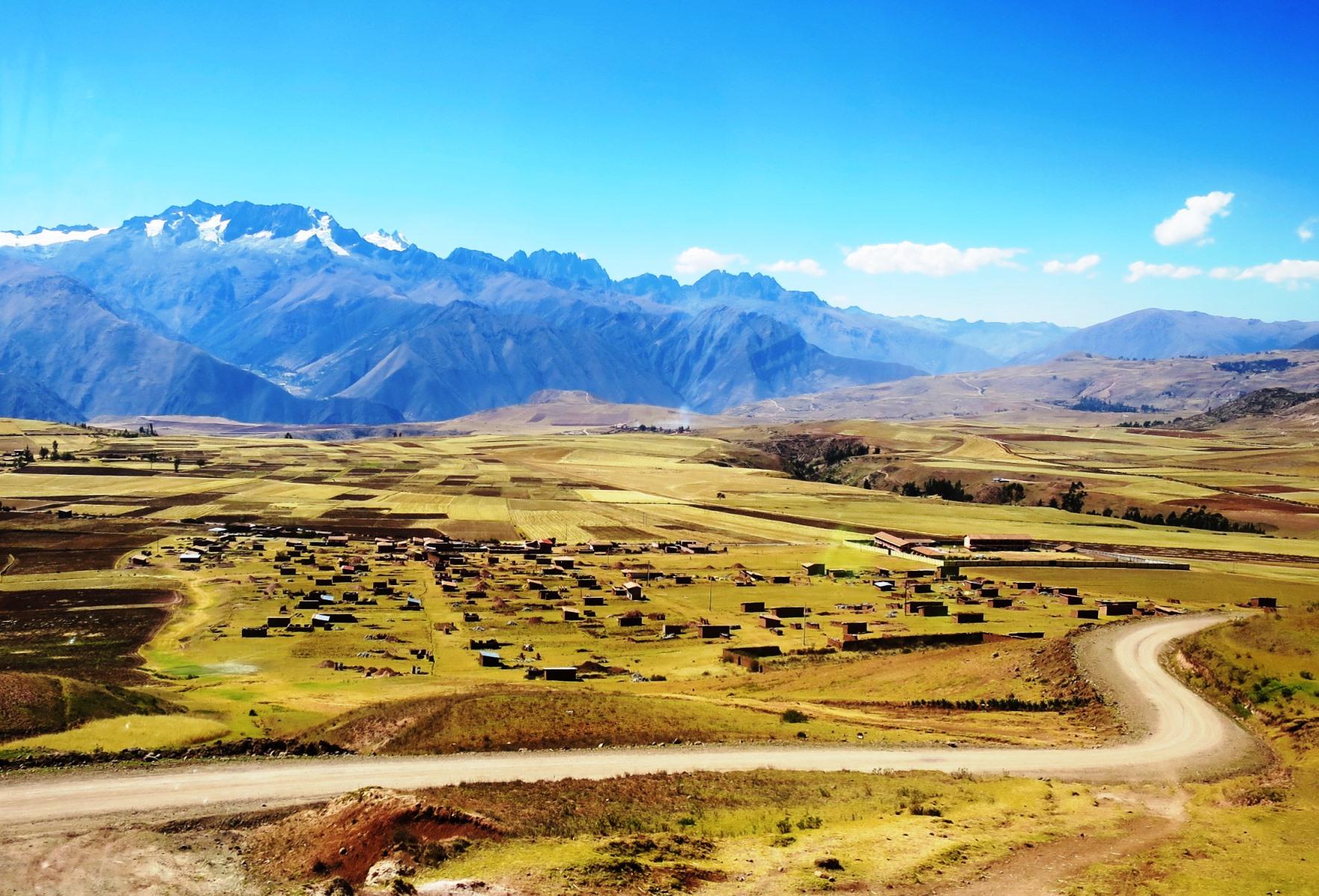 ウルバンバ谷へと続く道は南米らしい広大な平野が広がる