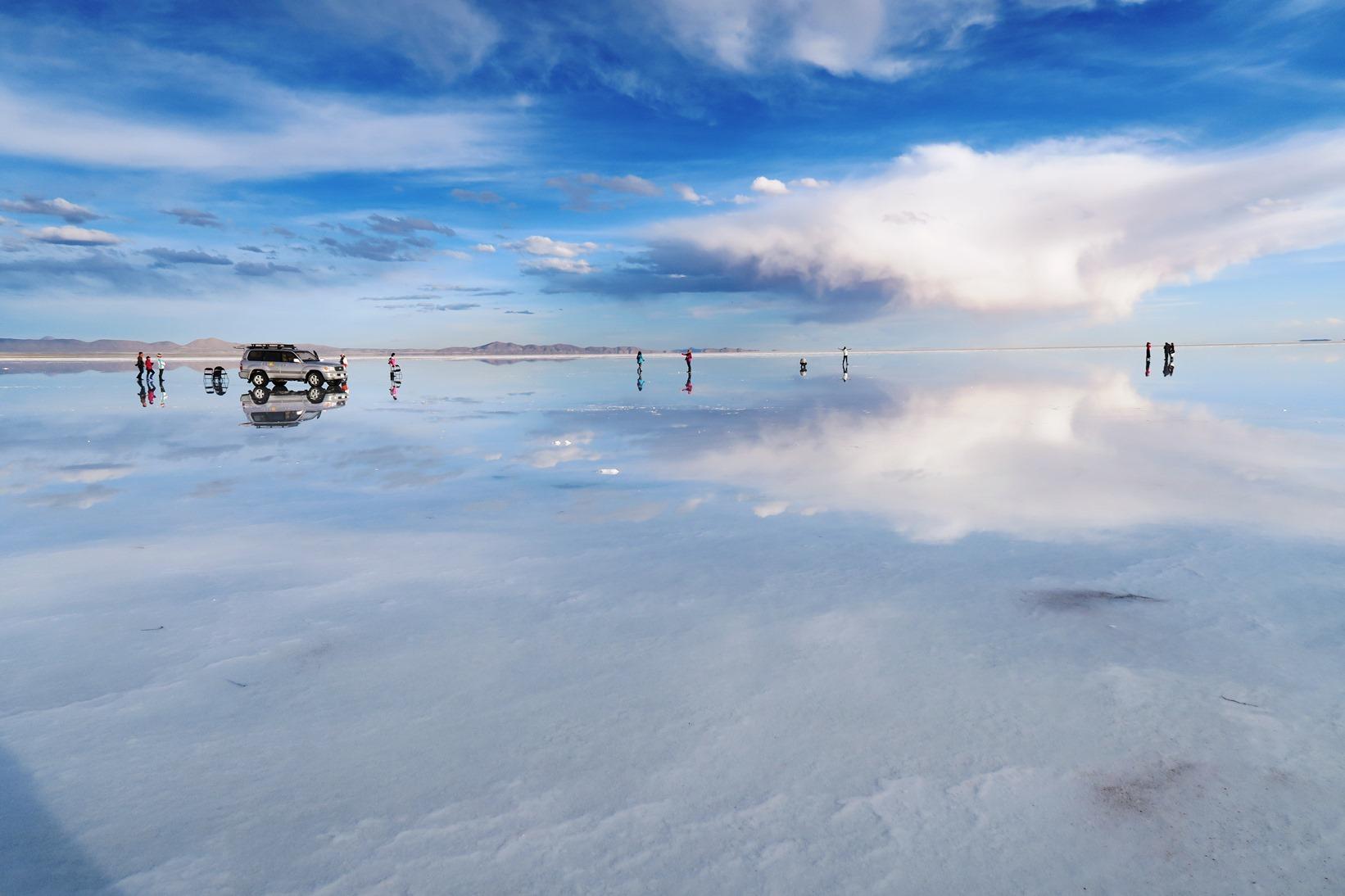 空が湖面に映し出されて絶景が広がるウユニ塩湖
