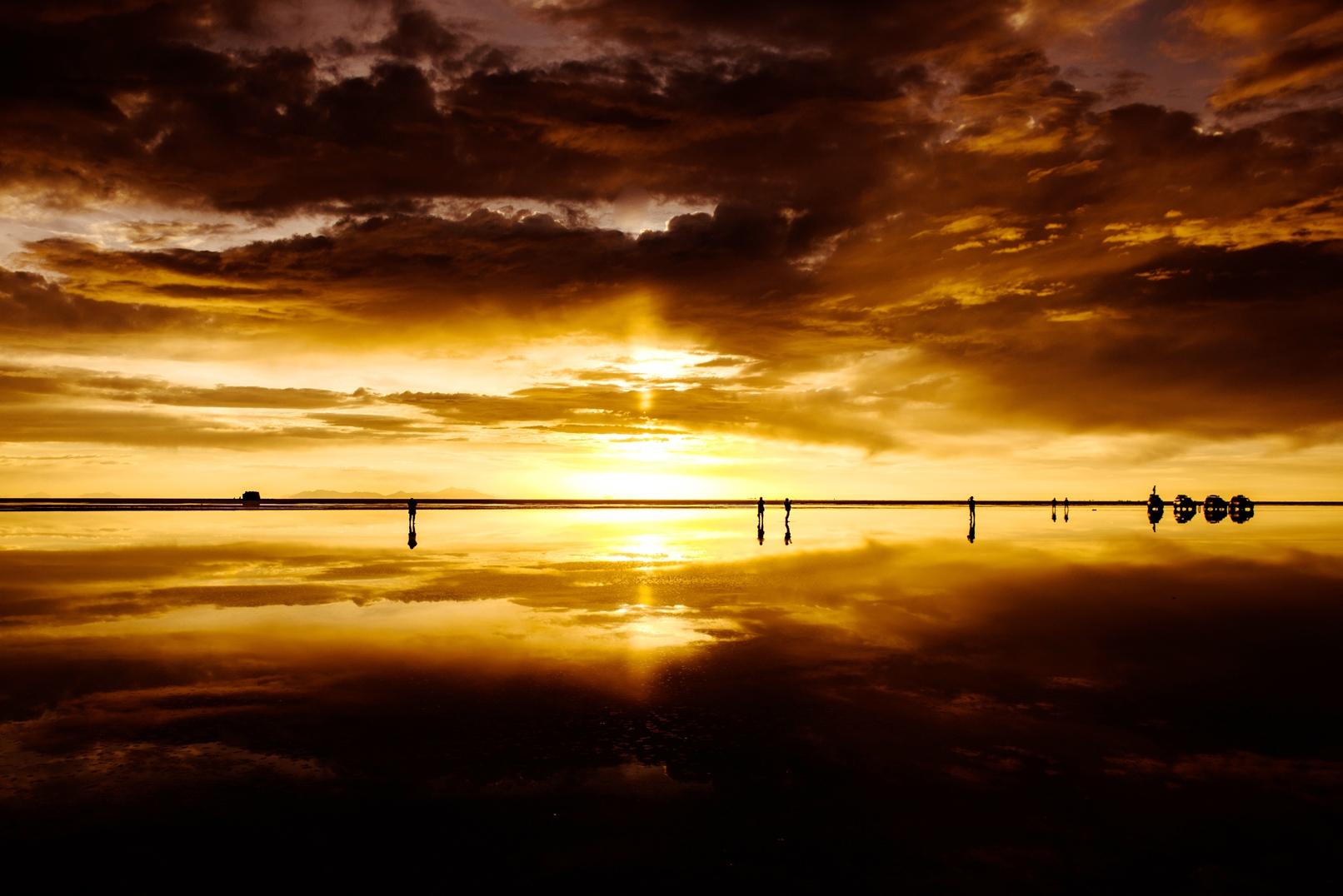 幻想的な雰囲気に包まれるウユニ塩湖のサンセット