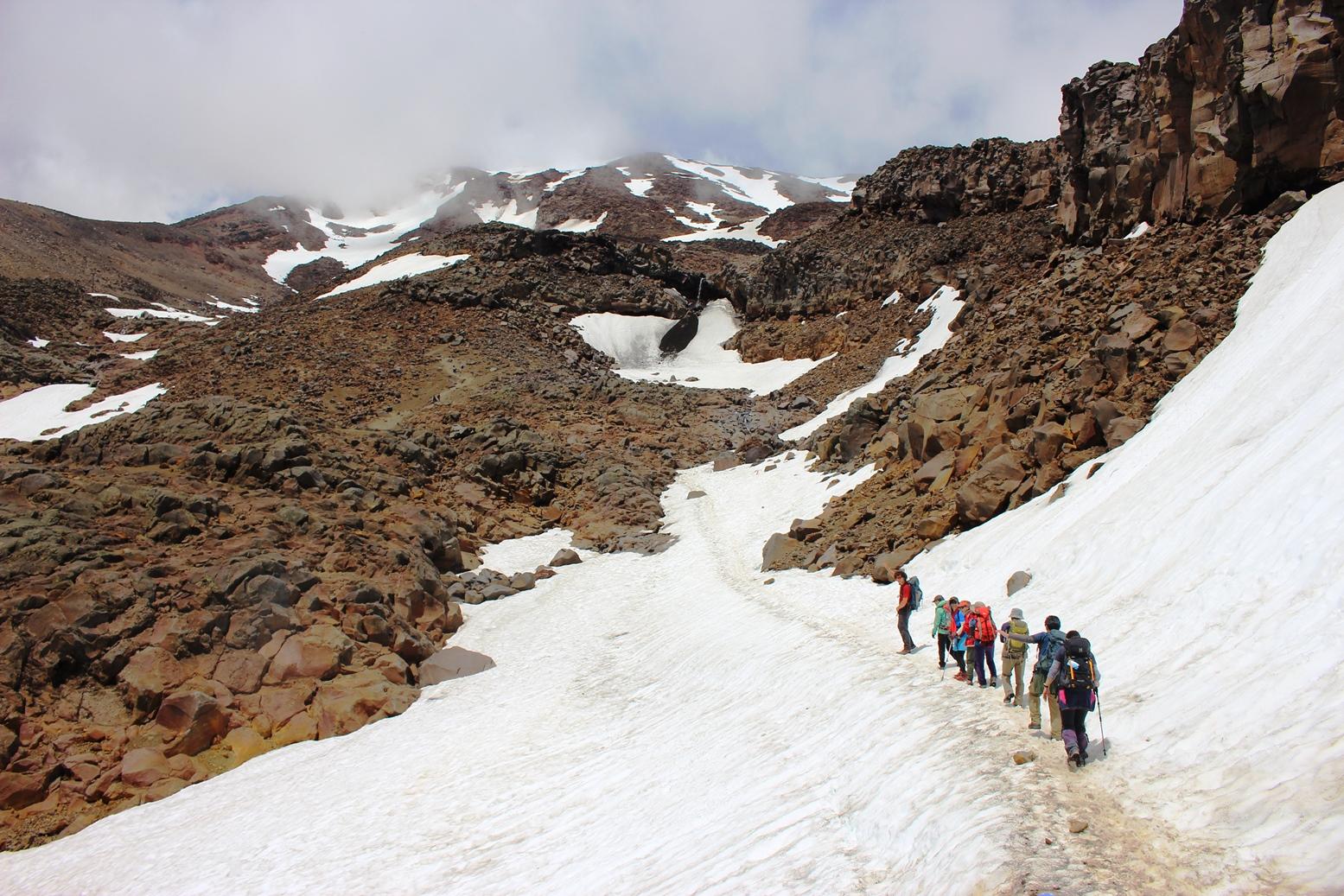 歩きやすい雪渓を渡り、ルアペフ山のスカイライン・リッジへ(3日目)
