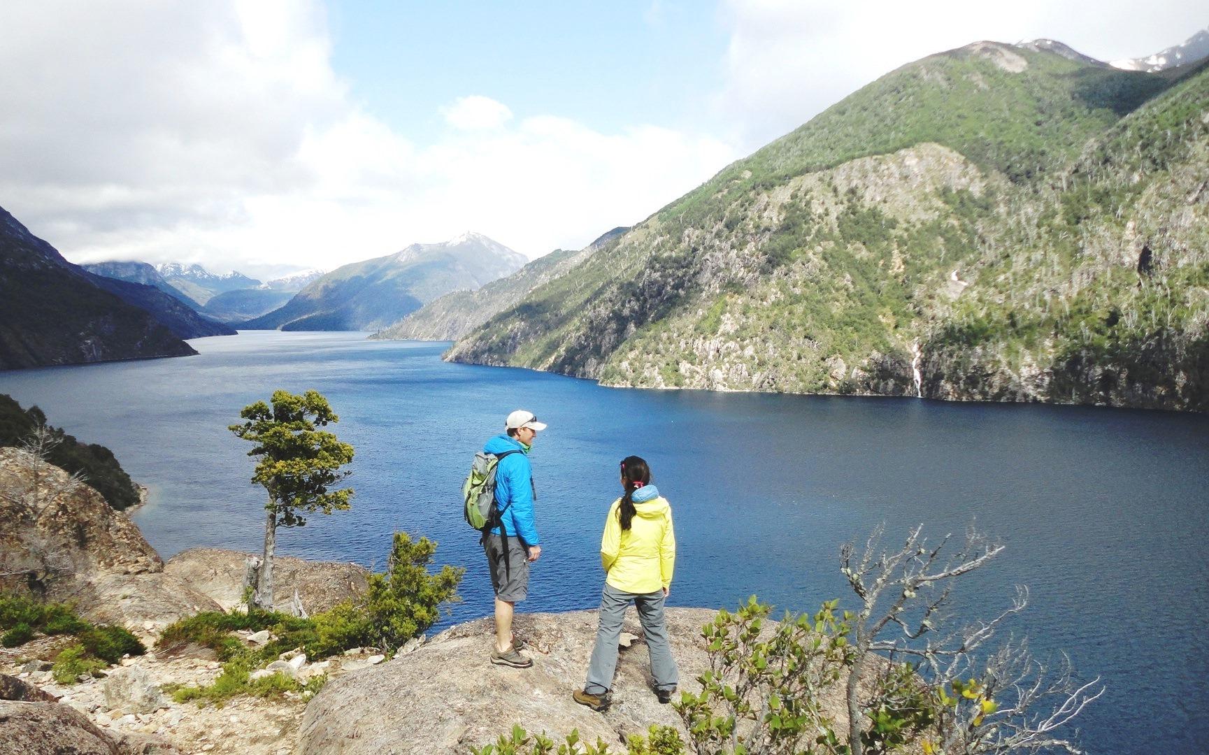 バリローチェには氷河湖が多く、ハイキングのトレイルからは絶景が広がる(4日目)
