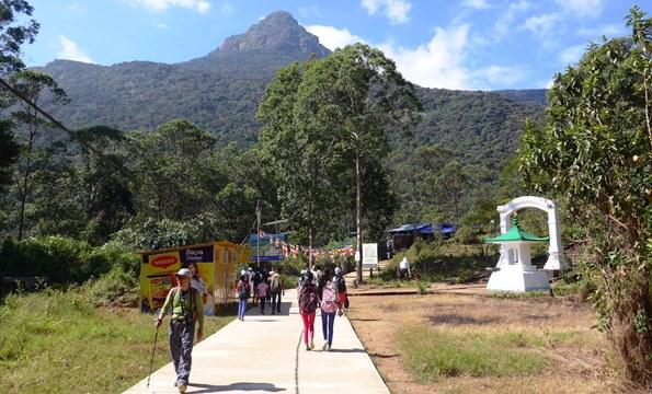 スリランカ最大の聖地アダムス・ピークの山頂を目指して参道を行く(6日目)