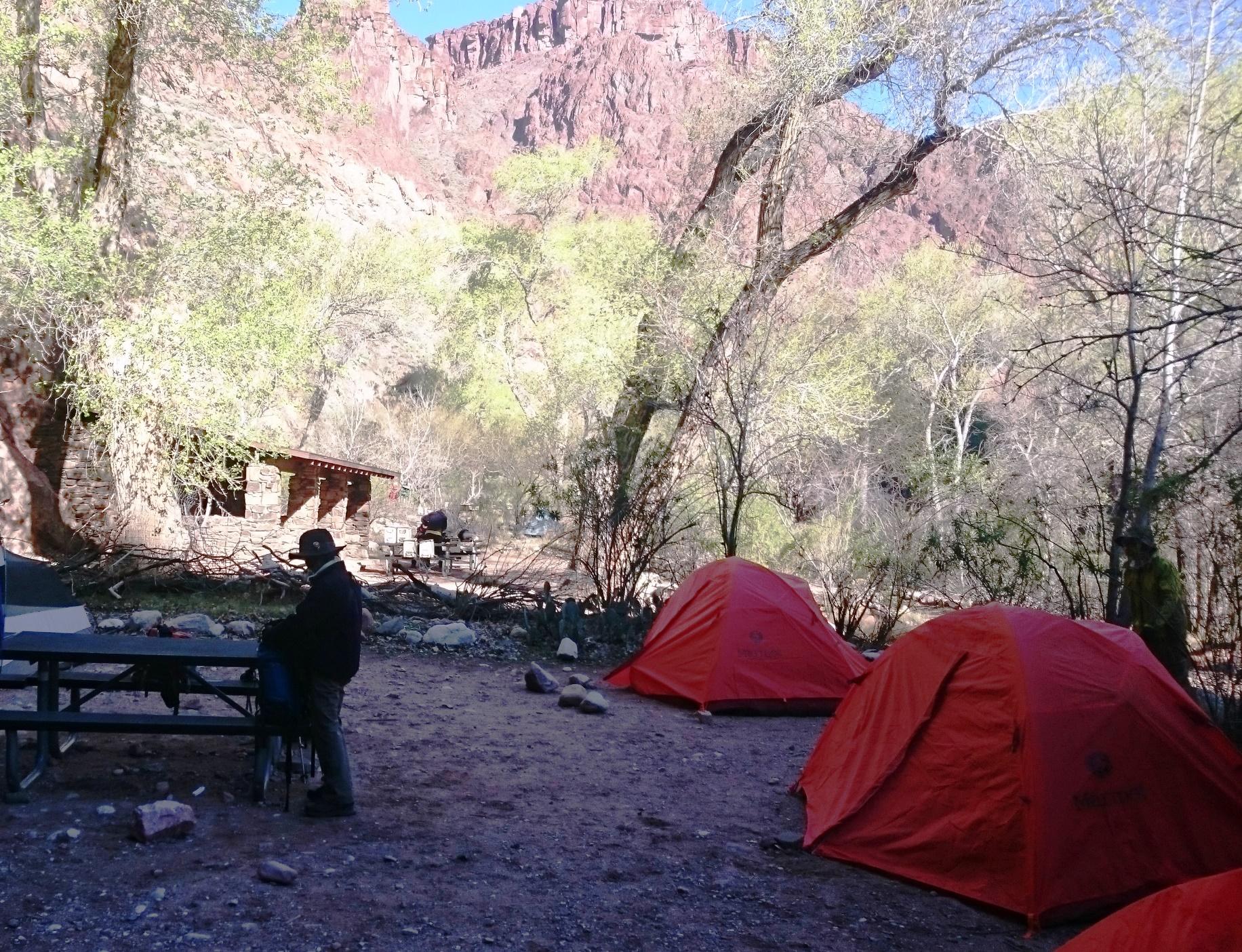 谷底の静かなキャンプサイト