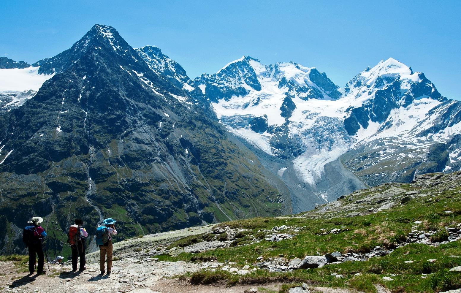 ベルニナ山群の最高峰ピッツ・ベルニナ(4,049m、左)とピッツ・ロゼック(3,937m、中央)をのぞむ(3日目)