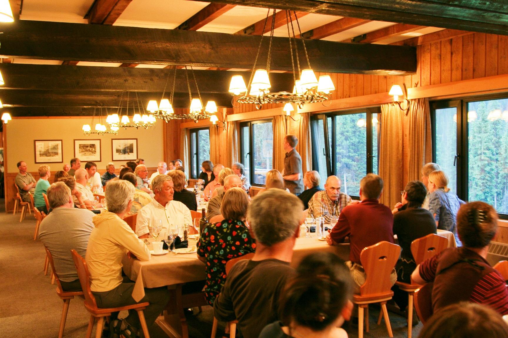 夜はおいしい料理を食べながら、 世界中の参加者との交流をお楽しみください