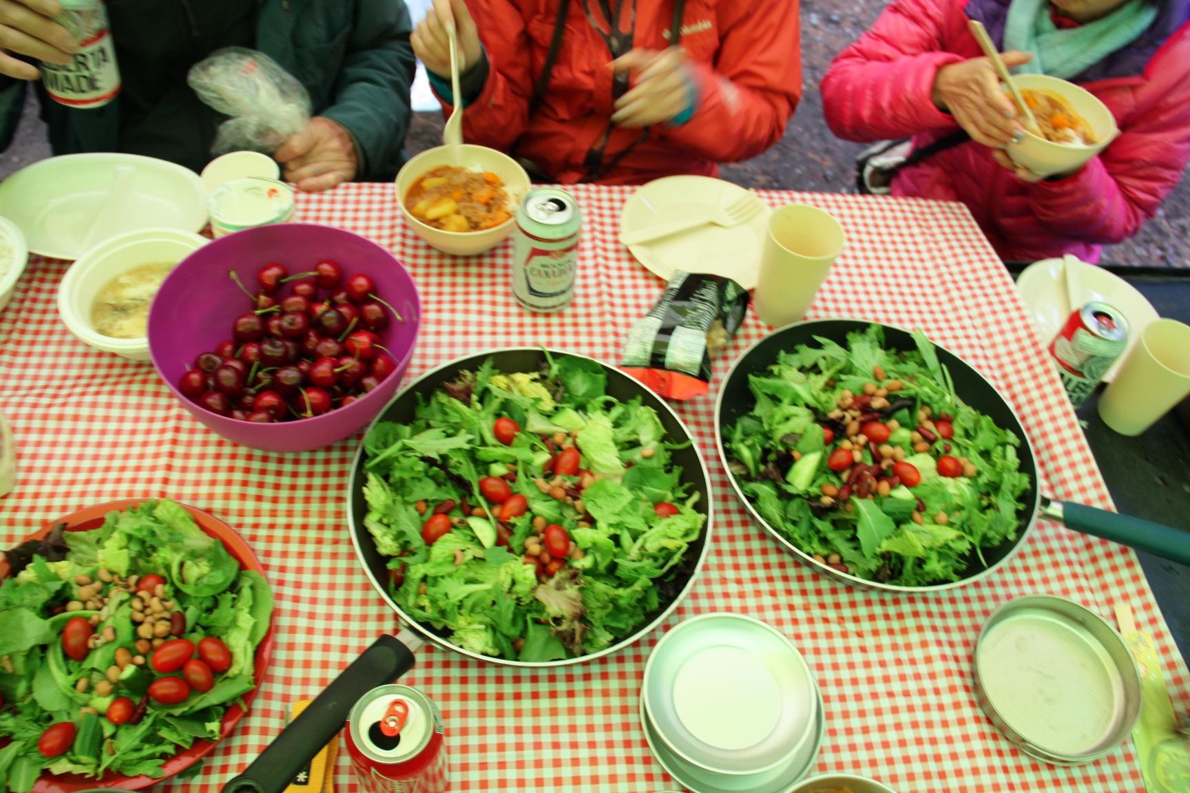 キャンプ中の食事風景