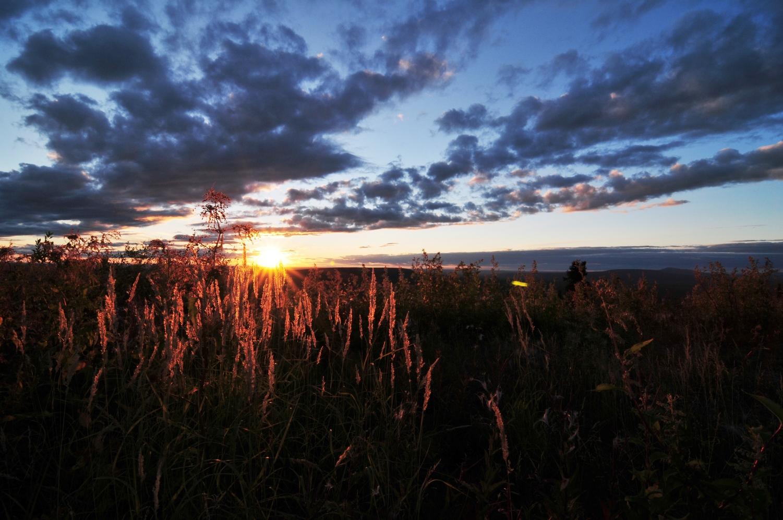 地平線に沈む美しい夕日