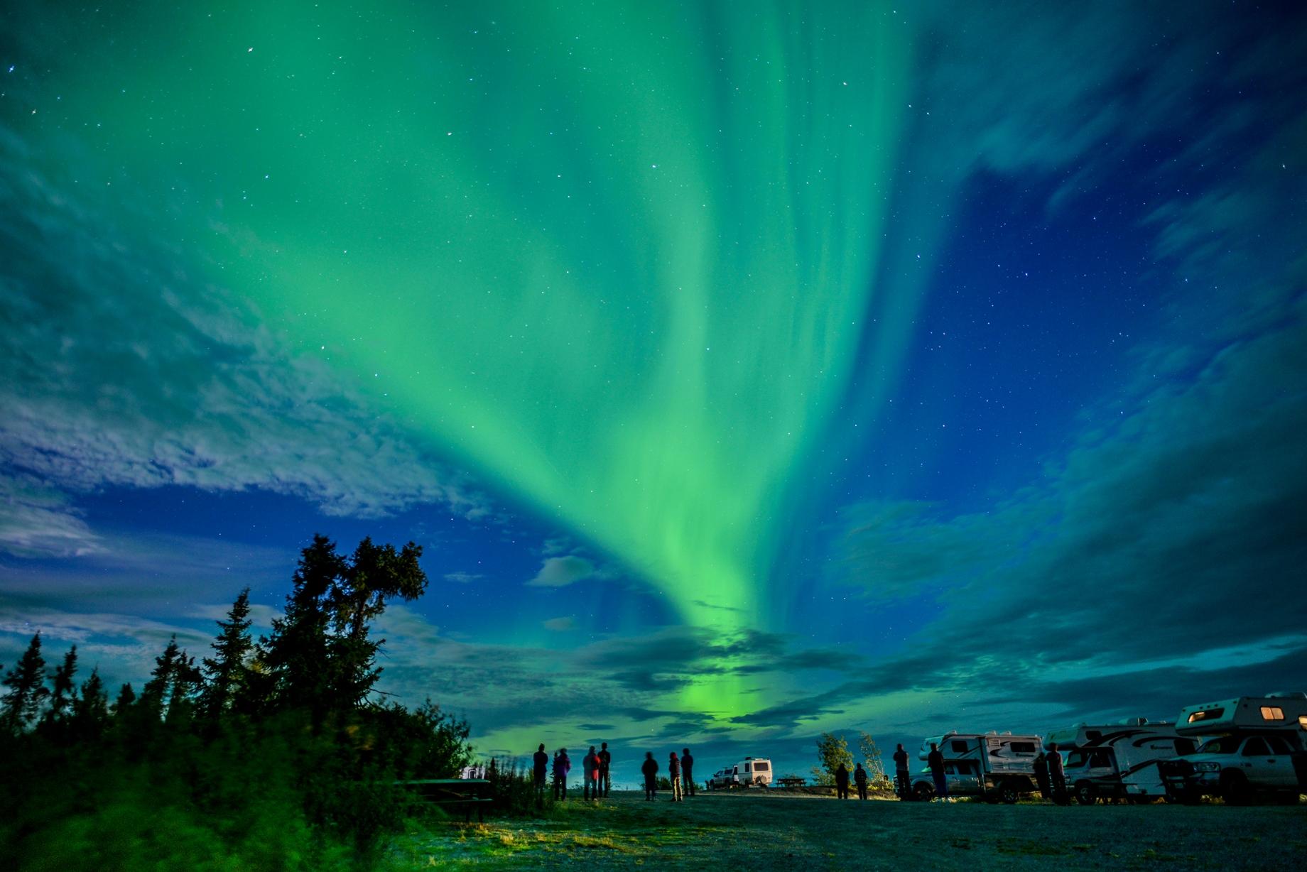 極北の夜空に舞い降りるオーロラ