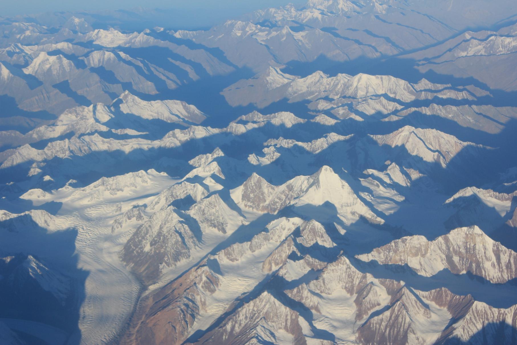 レーへのフライトの機窓からの氷河と雪山