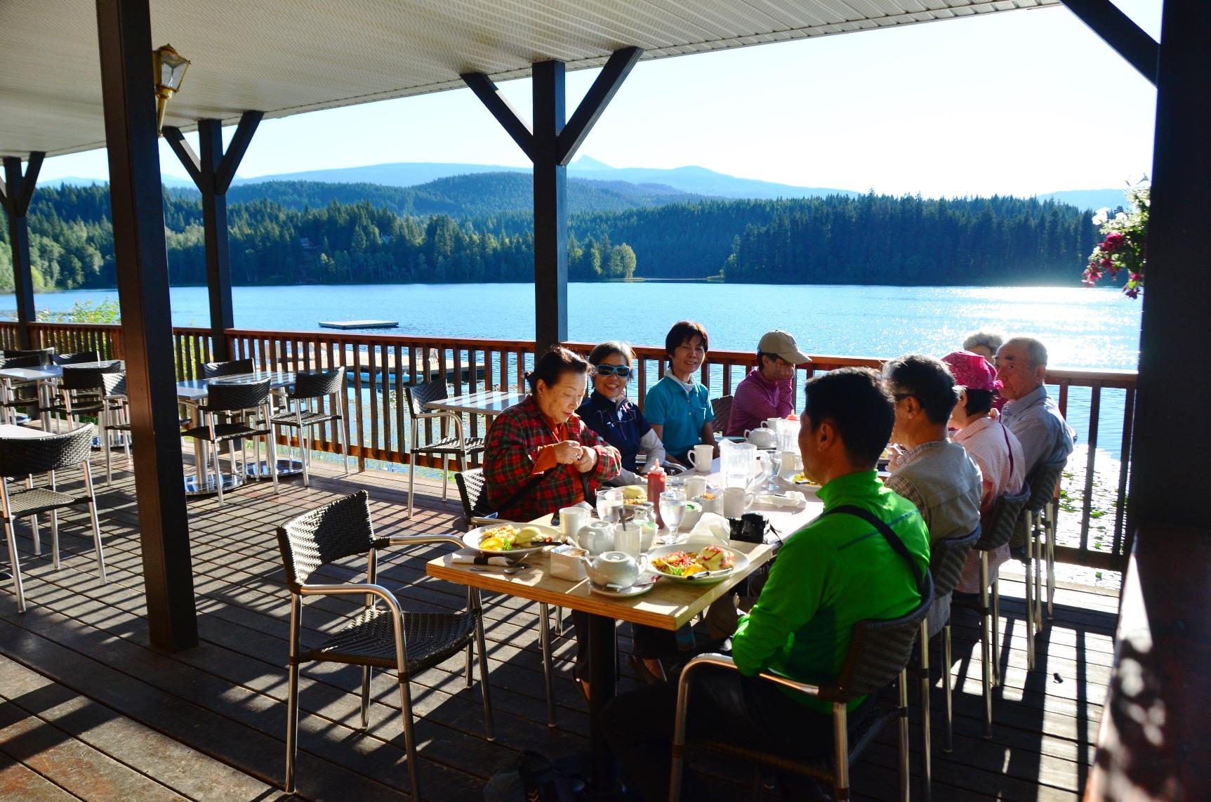 湖を望みながら楽しむ夕食(3日目)