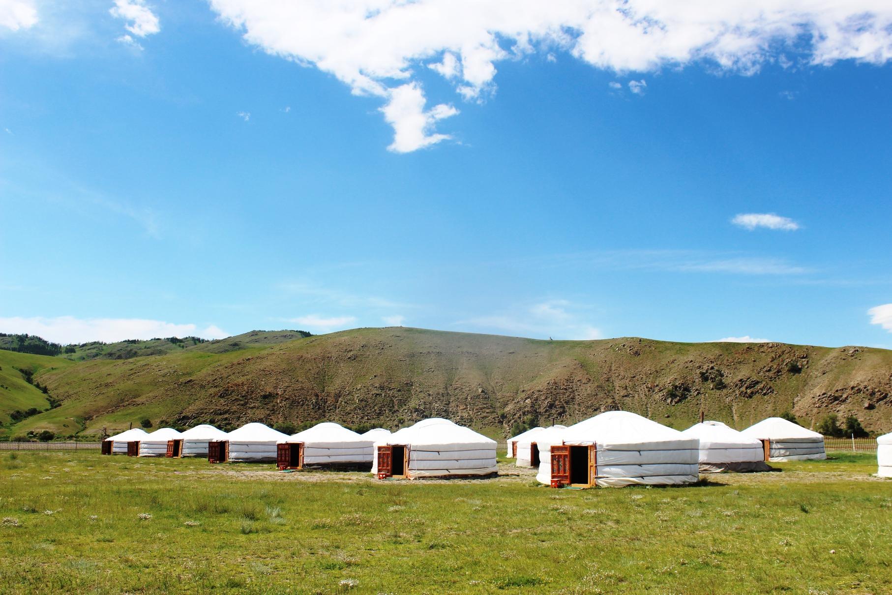 大草原の中に建つツーリストキャンプ