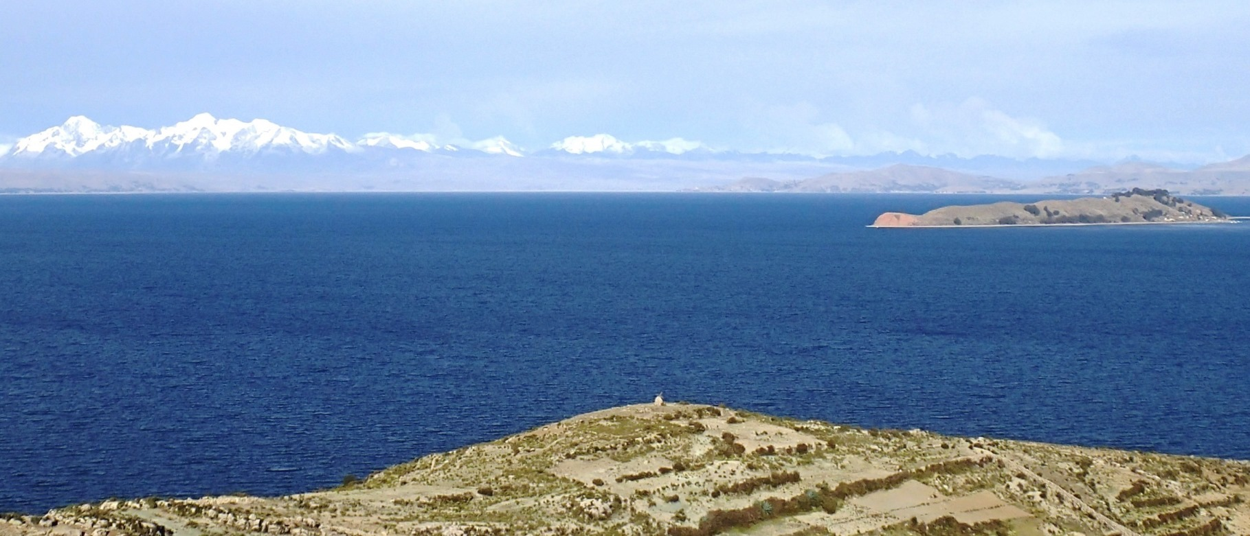 エコ・ロッジの前から望む月の島と、雪を抱いたレアル山脈