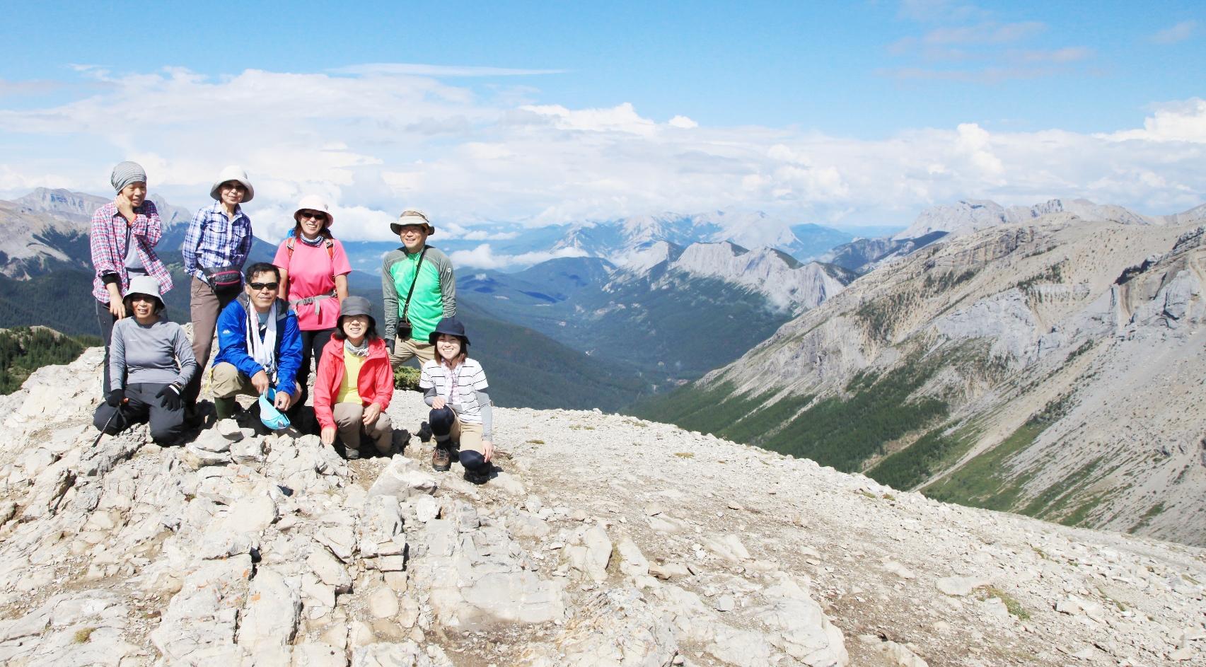 360度の大展望が広がるサルファー・スカイライン・サミット山頂で記念撮影(4日目)