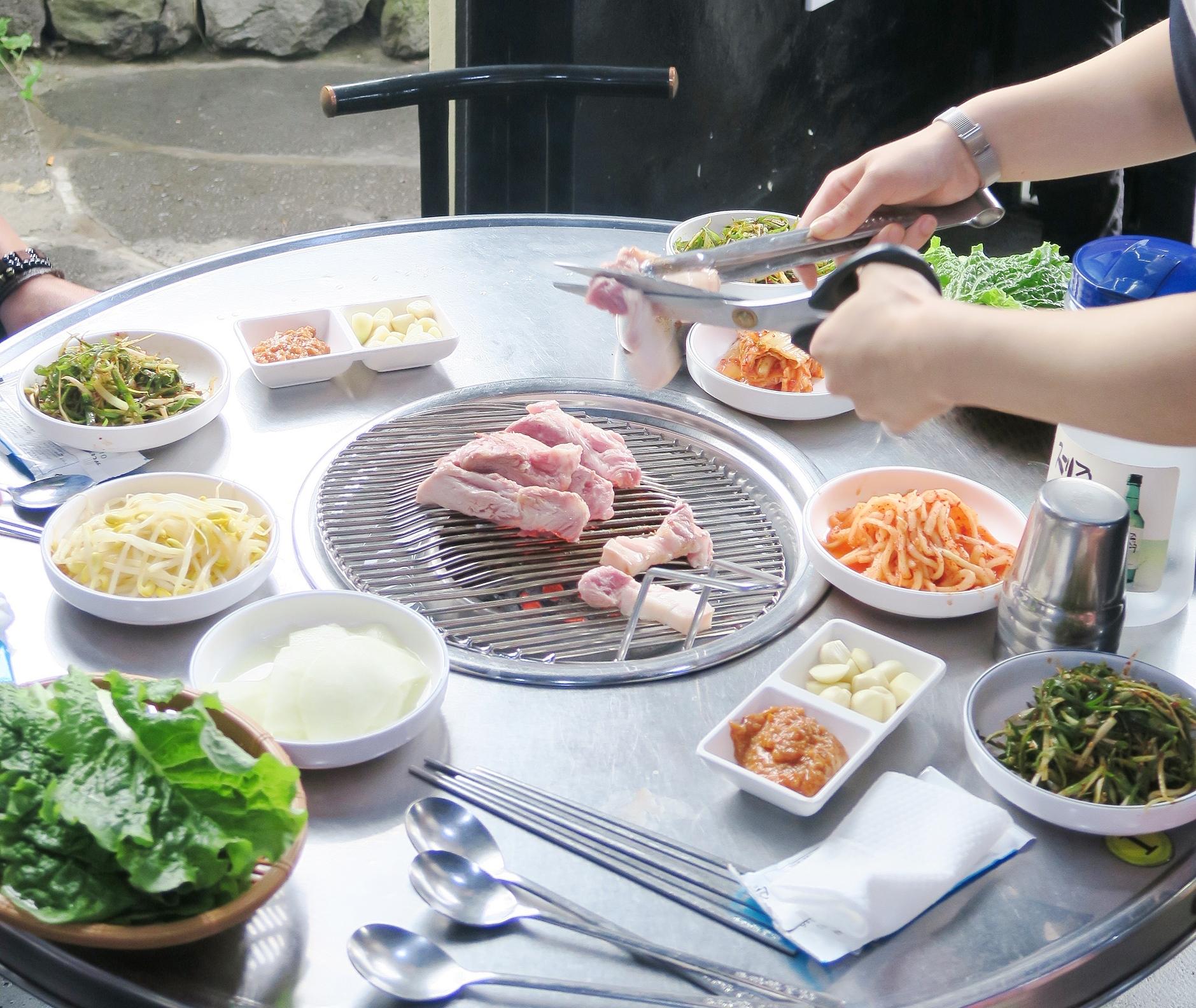 済州島名産の黒豚の焼肉(2日目の夕食例)