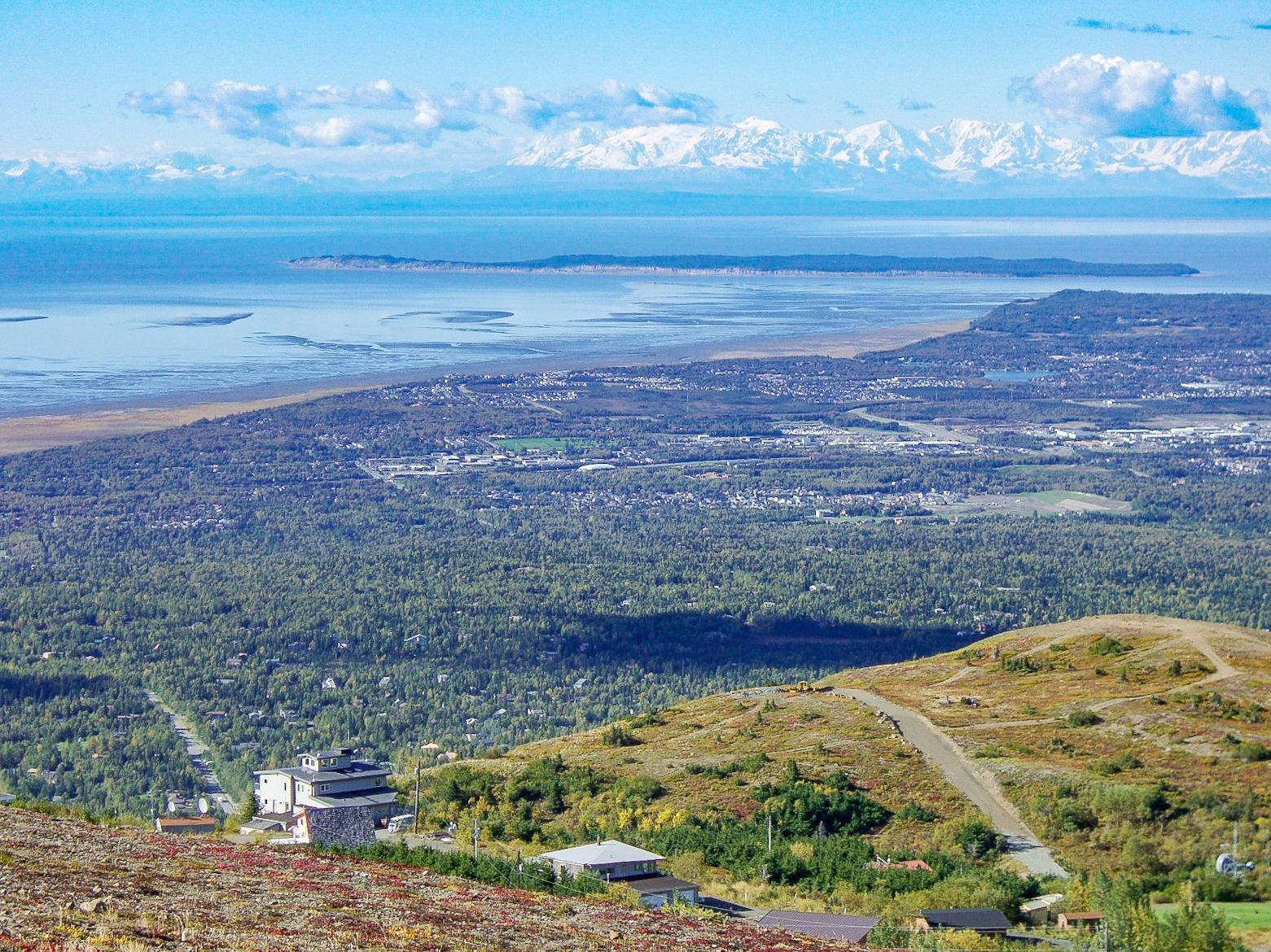 フラットトップマウンテンからアンカレジの街やアラスカ山脈を望む