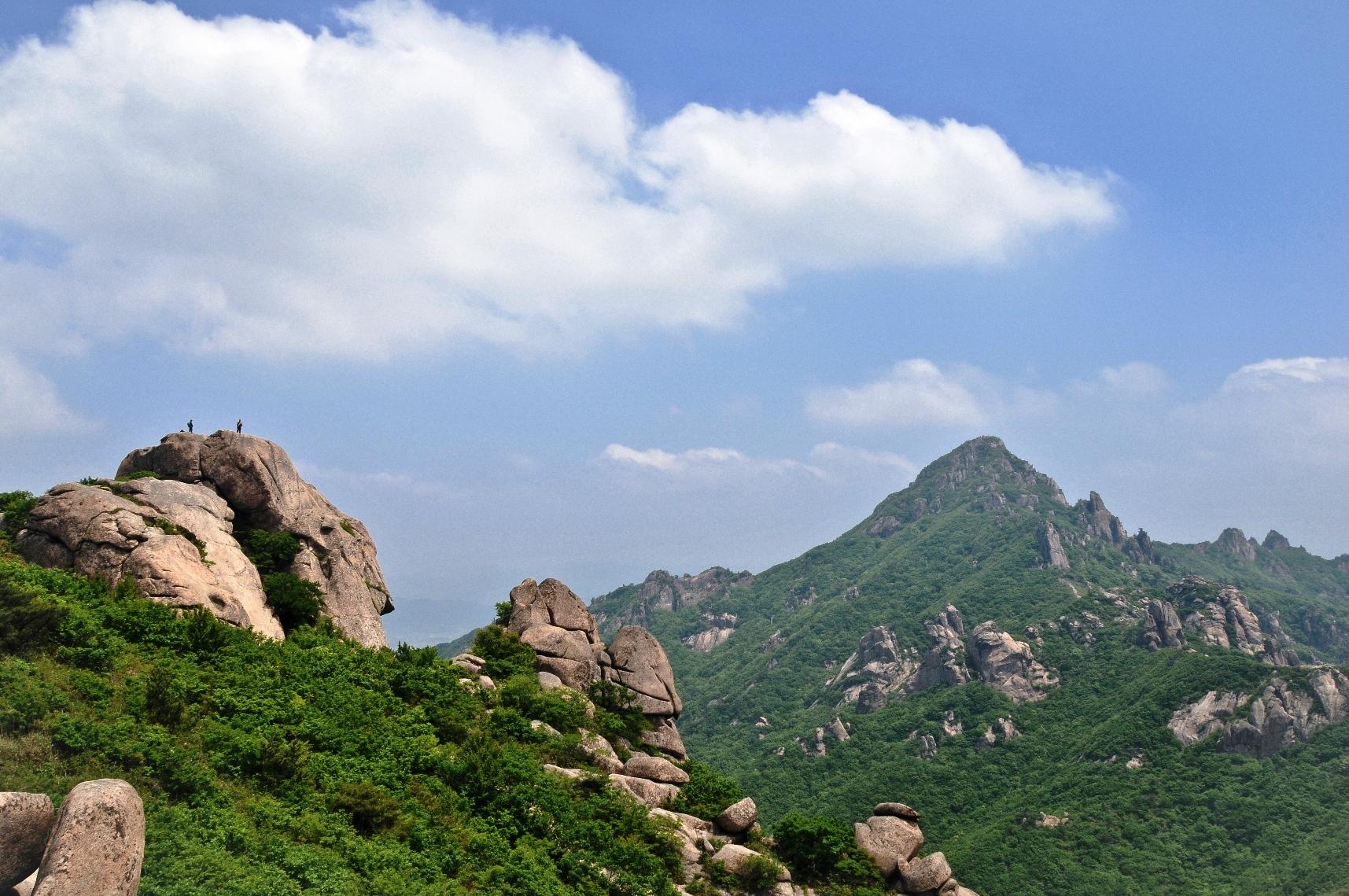月出山最高峰・天皇峰(チョンワンボン/813m)を遠望(右手のピーク)(2日目)