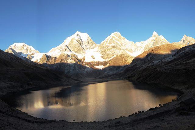 カルアコーチャ湖から望むイェルパハー(6,634m)、イェルパハーチコ(6,089m)、ヒリシャンカ(6,094m)