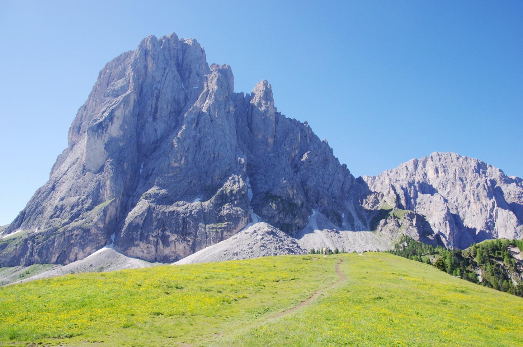 咲き誇る花々と岩峰の競演が美しい夏のドロミテ山群(5日目)