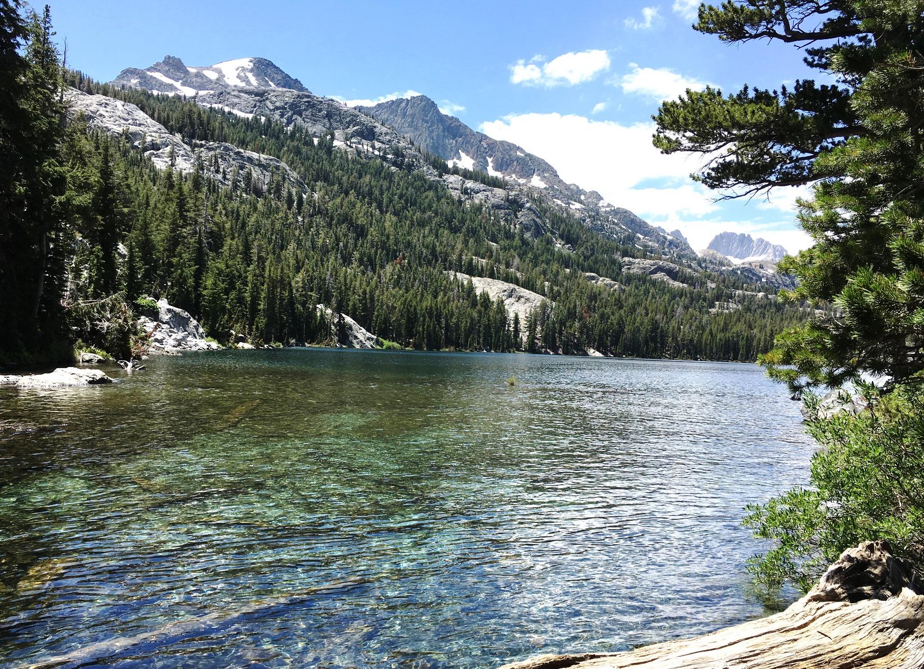 エメラルドグリーンの湖面が美しいシャドウレイク