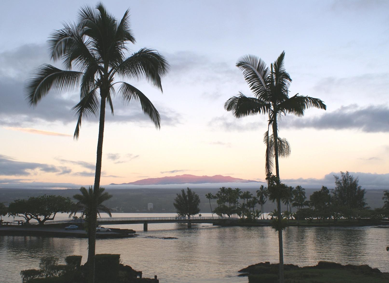 ハワイ島、ヒロより望む夕映えのハワイ最高峰マウナケア