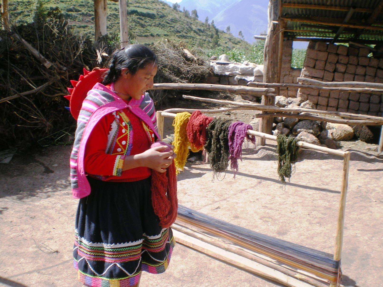 編み物をする村の女性