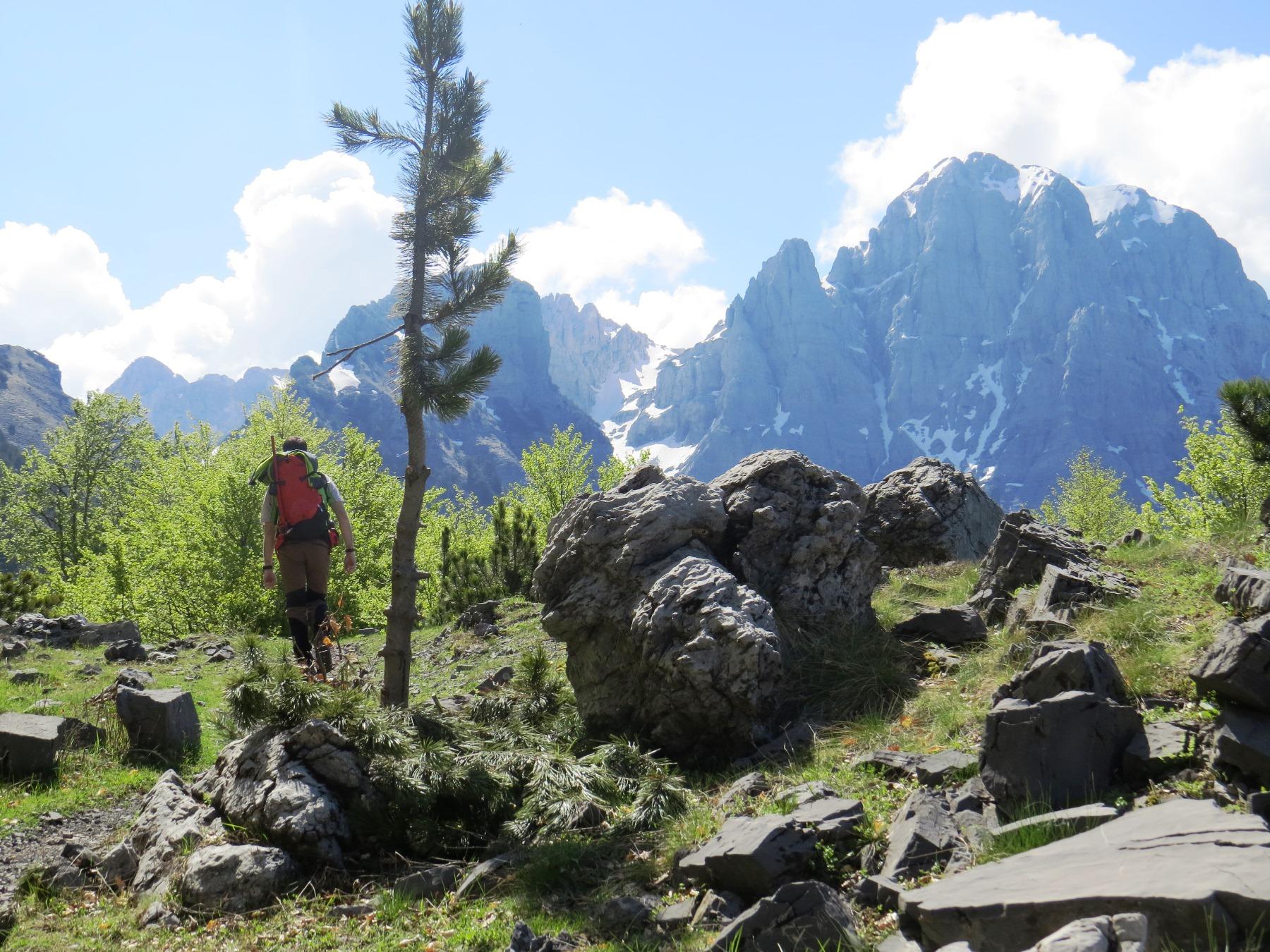 鋸の歯のような峰が連なるアルバニア・アルプス
