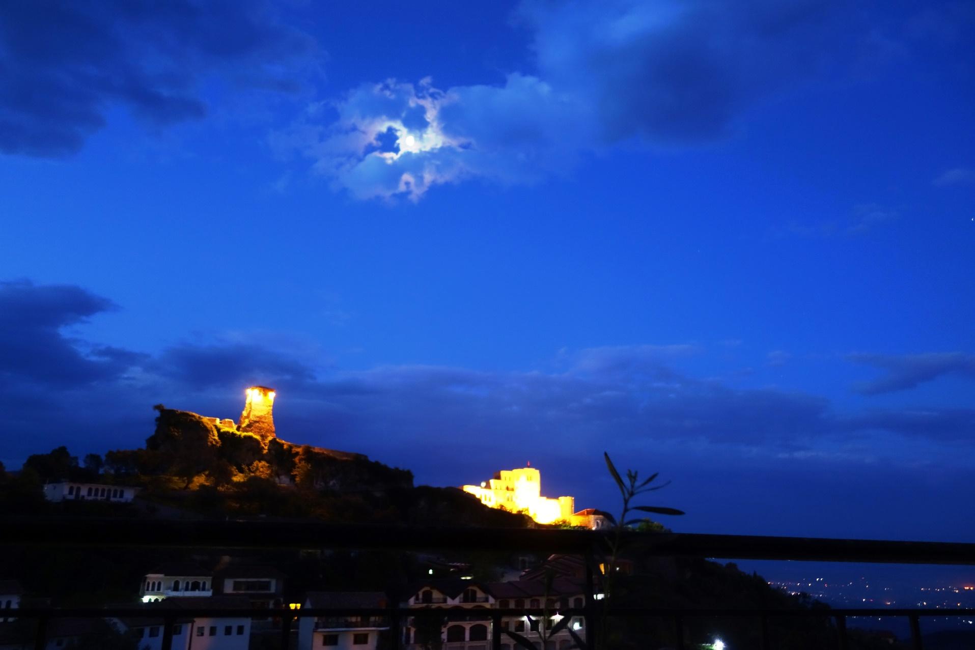 月光に照らされた夜のクルヤ城(8日目)