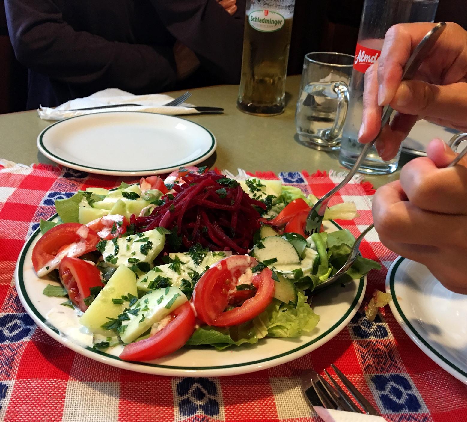山小屋の食事は野菜も出るように配慮