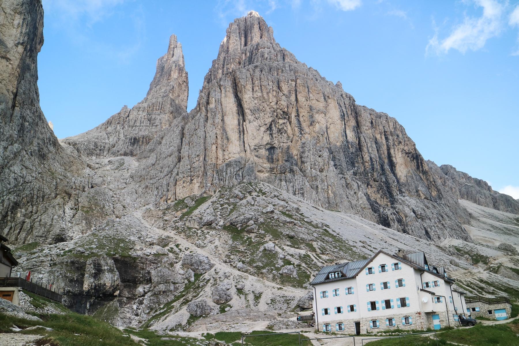 まさに岩峰の麓に立つヴァヨレット小屋