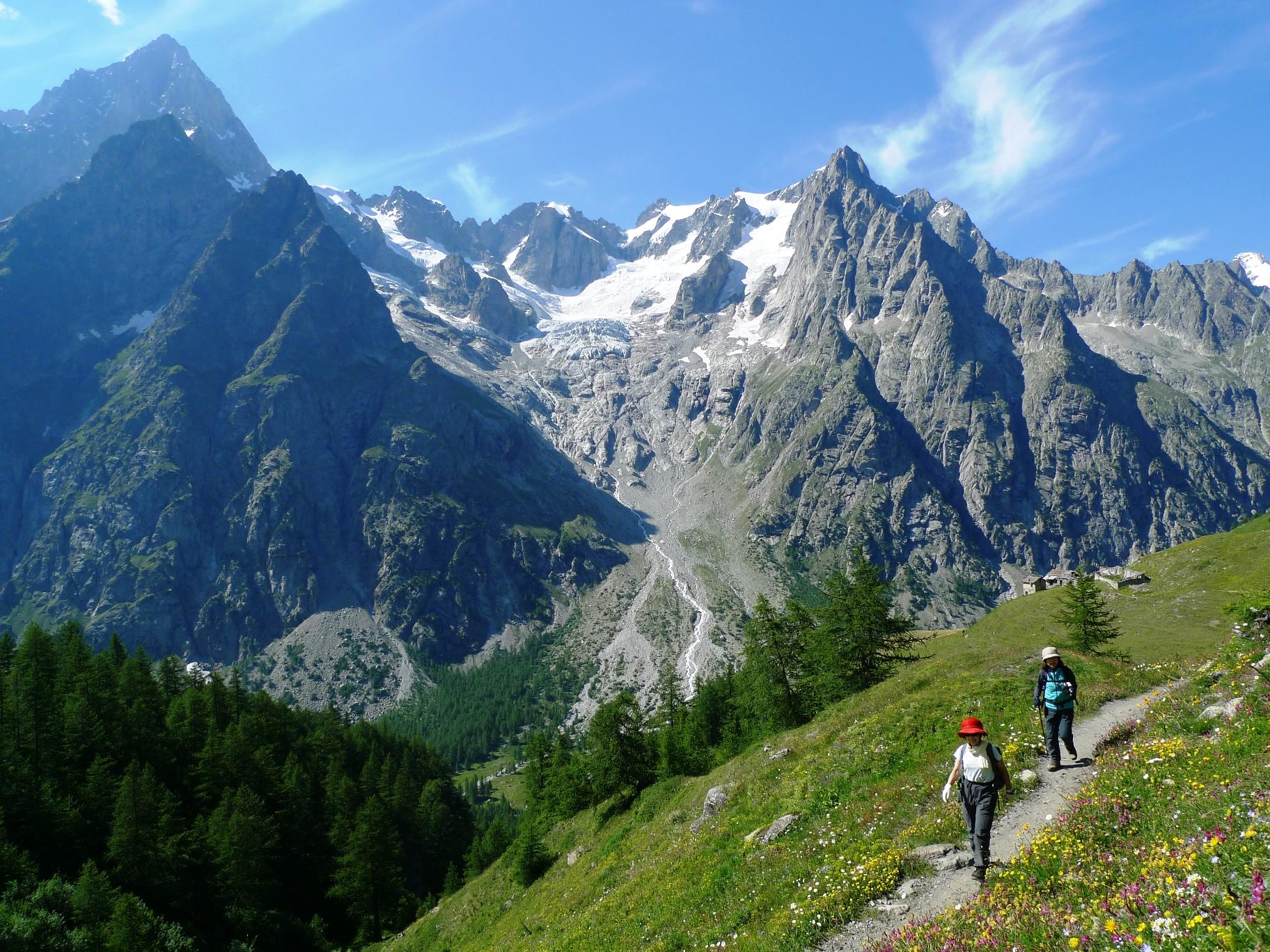 イタリア側から、グランドジョラス(4,208m/左)の南面も眺める(2日目)