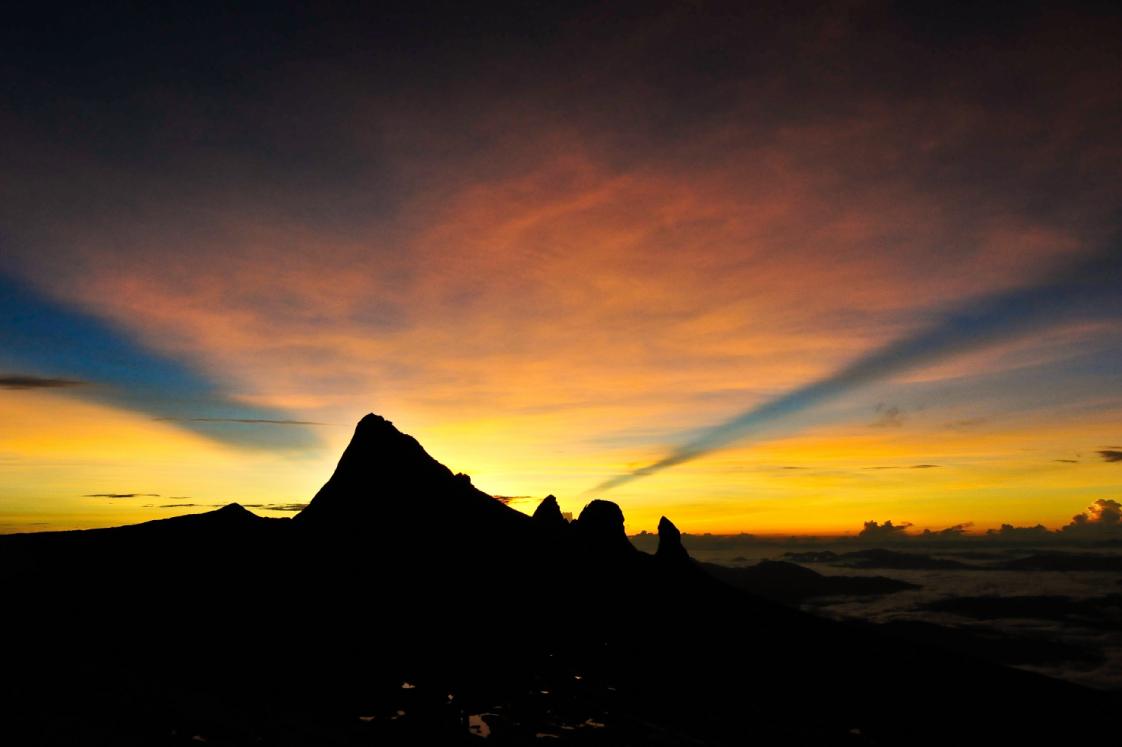 山小屋を未明に出発し、稜線で朝焼けを迎える