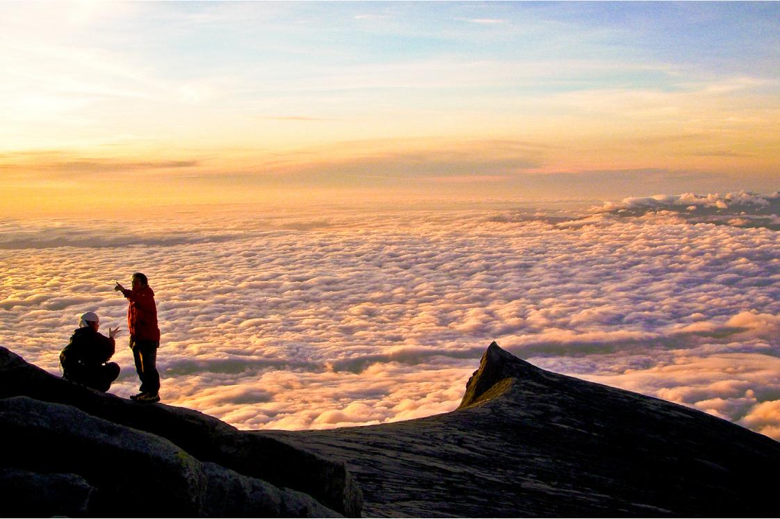 見事な雲海と花崗岩の頂上台地