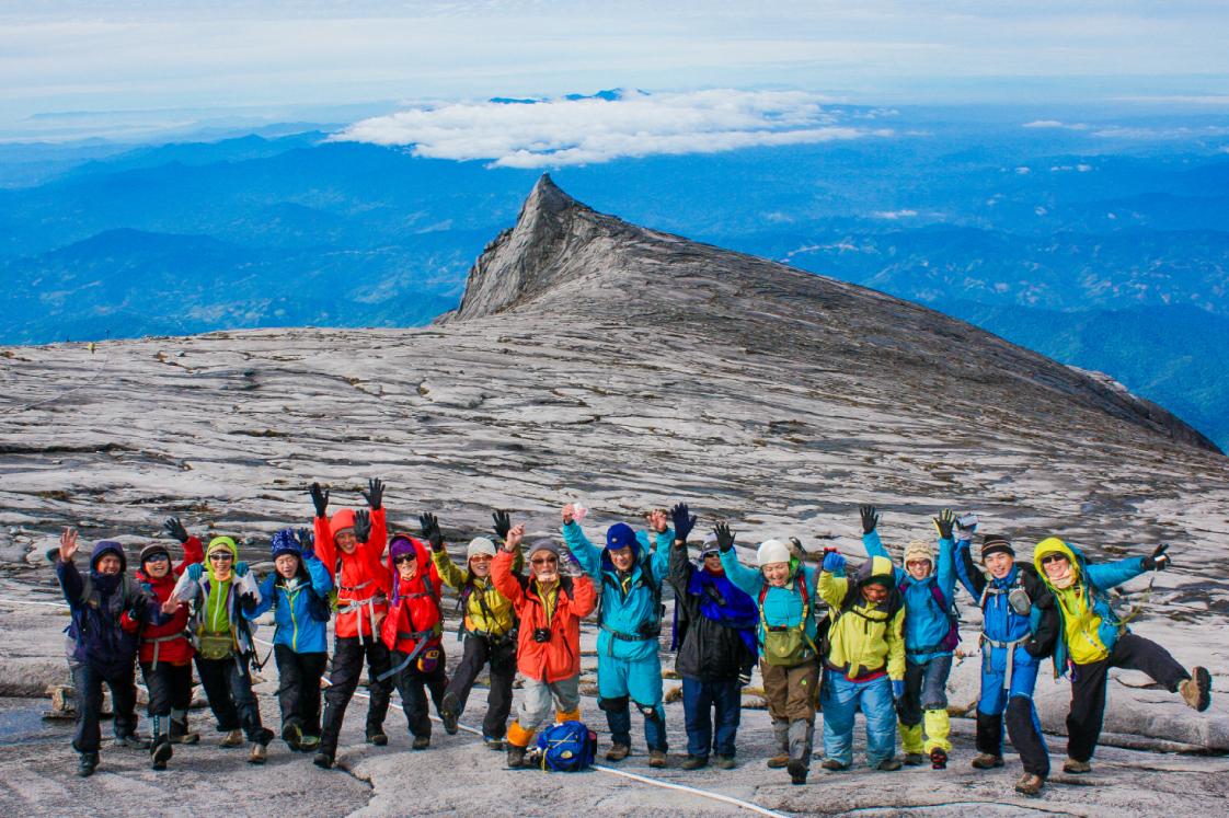 マレーシア最高峰(4,095m)に登頂し、みんなで万歳!