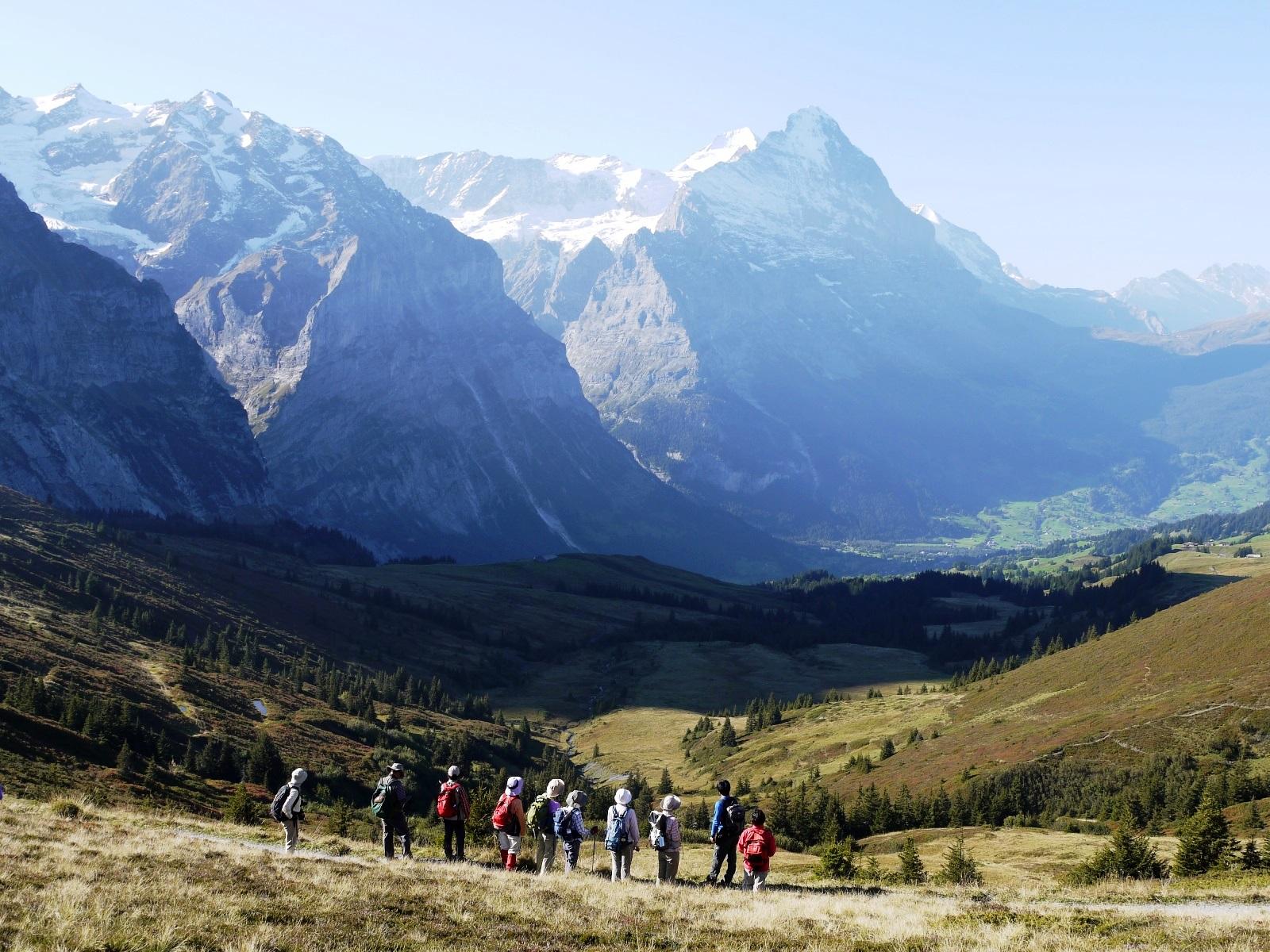 空気が澄む秋は山岳展望に最適な季節。アイガー(右)の巨大な北壁を望む(6日目)