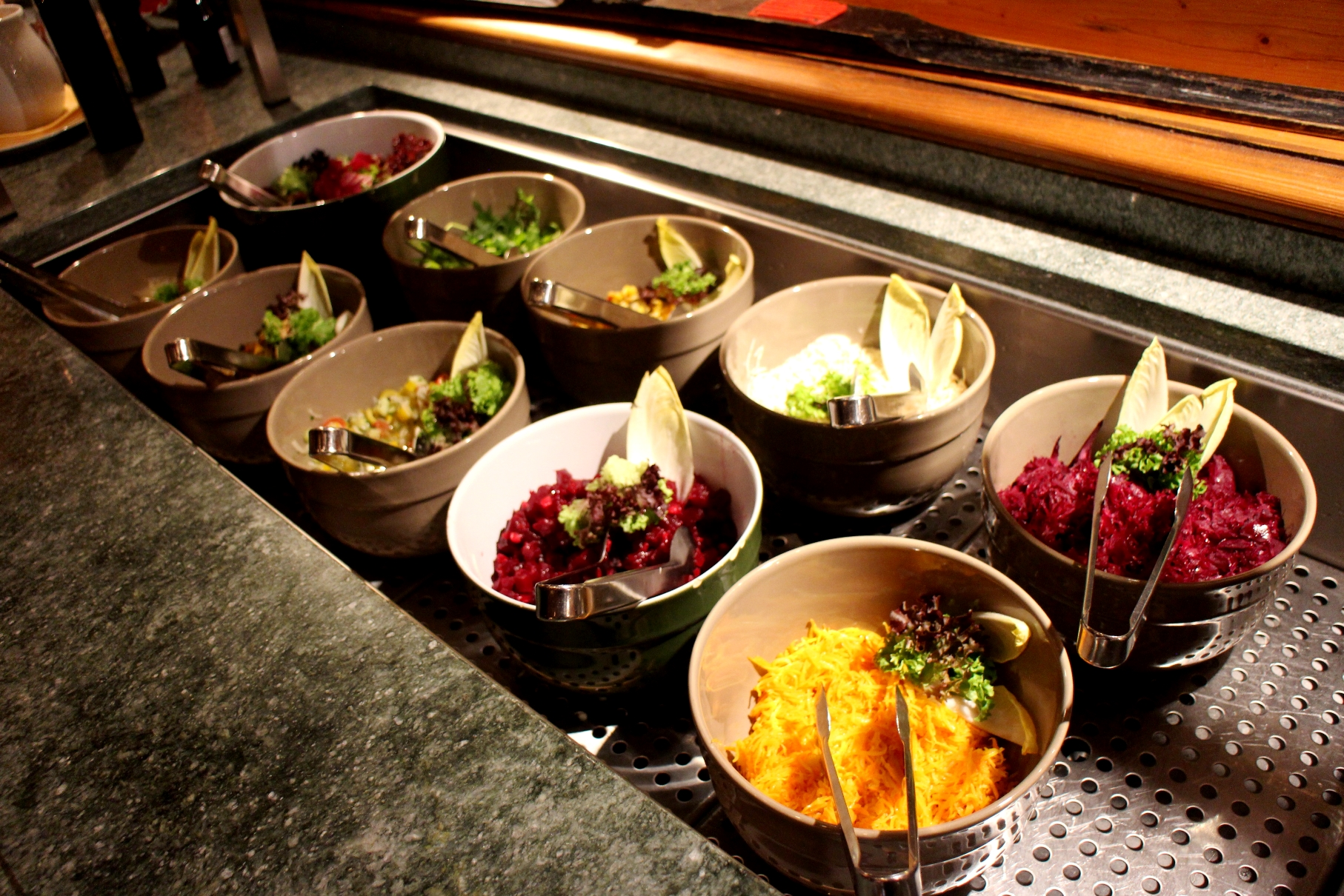 ビュッフェでは新鮮な野菜も多く並ぶ
