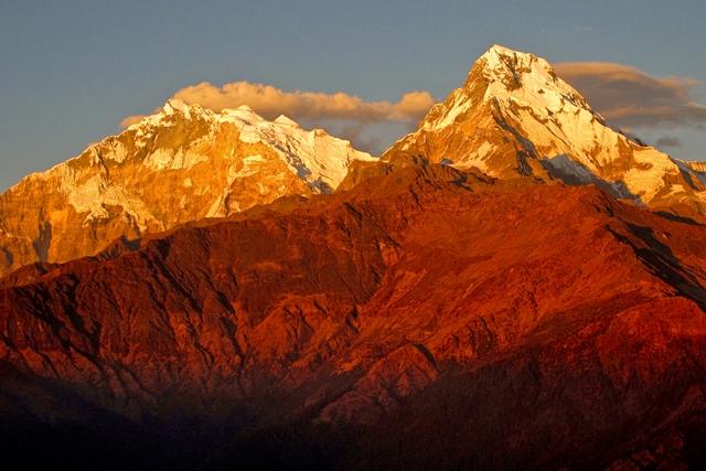 ゴラパニから望む夕陽に染まるアンナプルナ山群