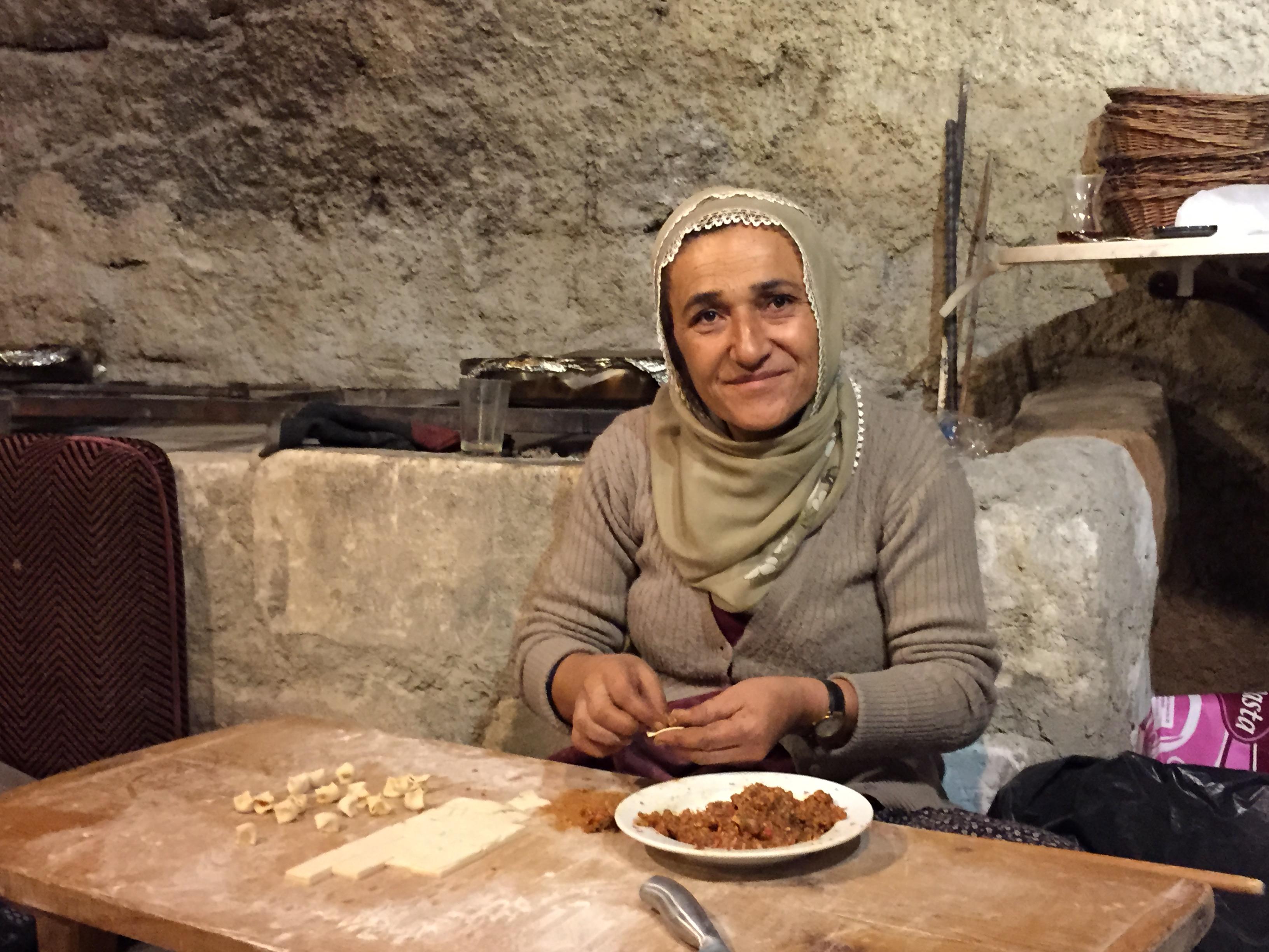 マントゥ(トルコ風ラビオリ)の準備をするトルコの女性