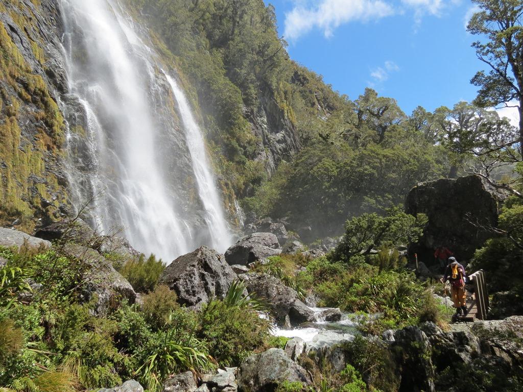 水しぶきを上げるイヤーランド滝