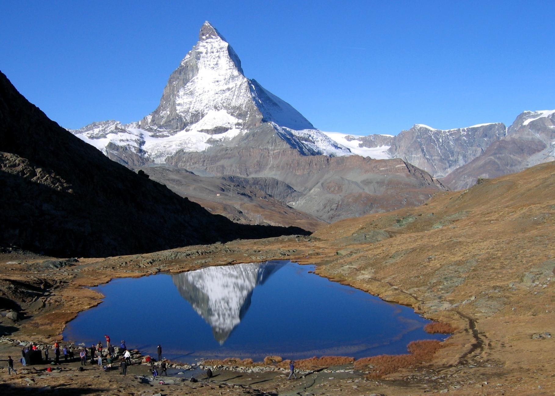 秋の青空に映えるマッターホルンと美しい山上湖(3日目)