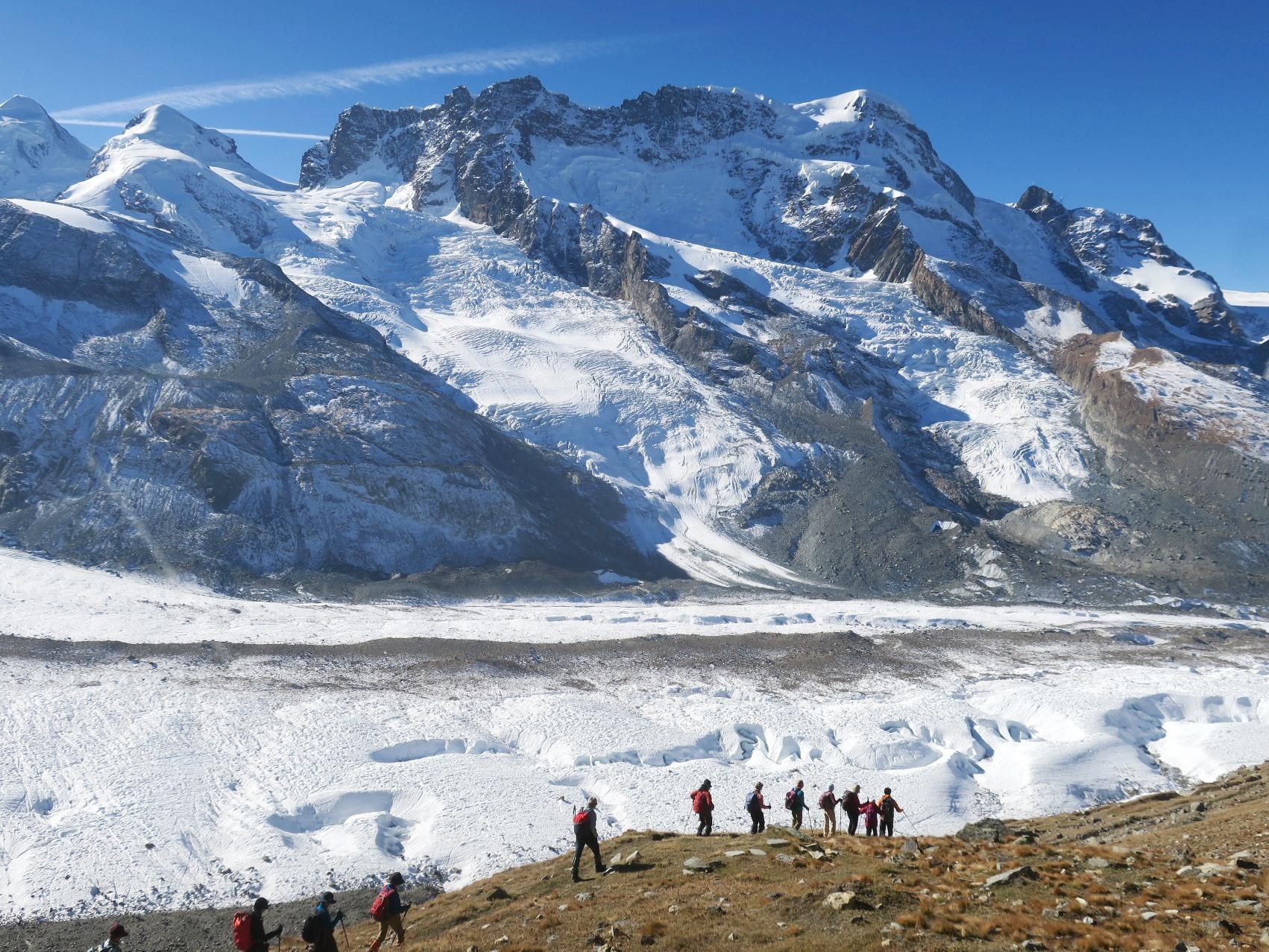 優美に流れるゴルナー氷河を展望するハイキング(3日目)