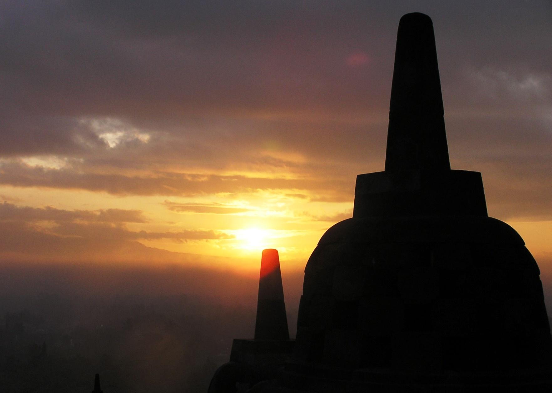ボロブドゥール遺跡から望む朝日(6日目)