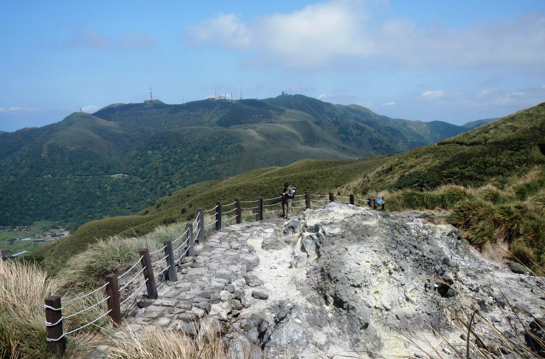 広々とした美しい草原が山肌に広がる七星山