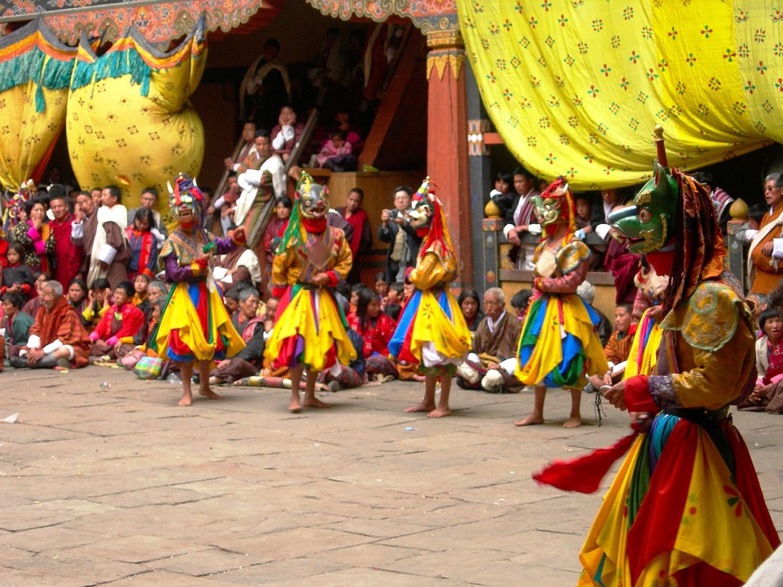 祭りの会場で披露される踊り