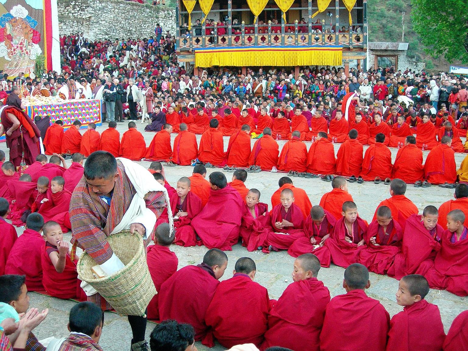 祭りに集まった僧侶たち