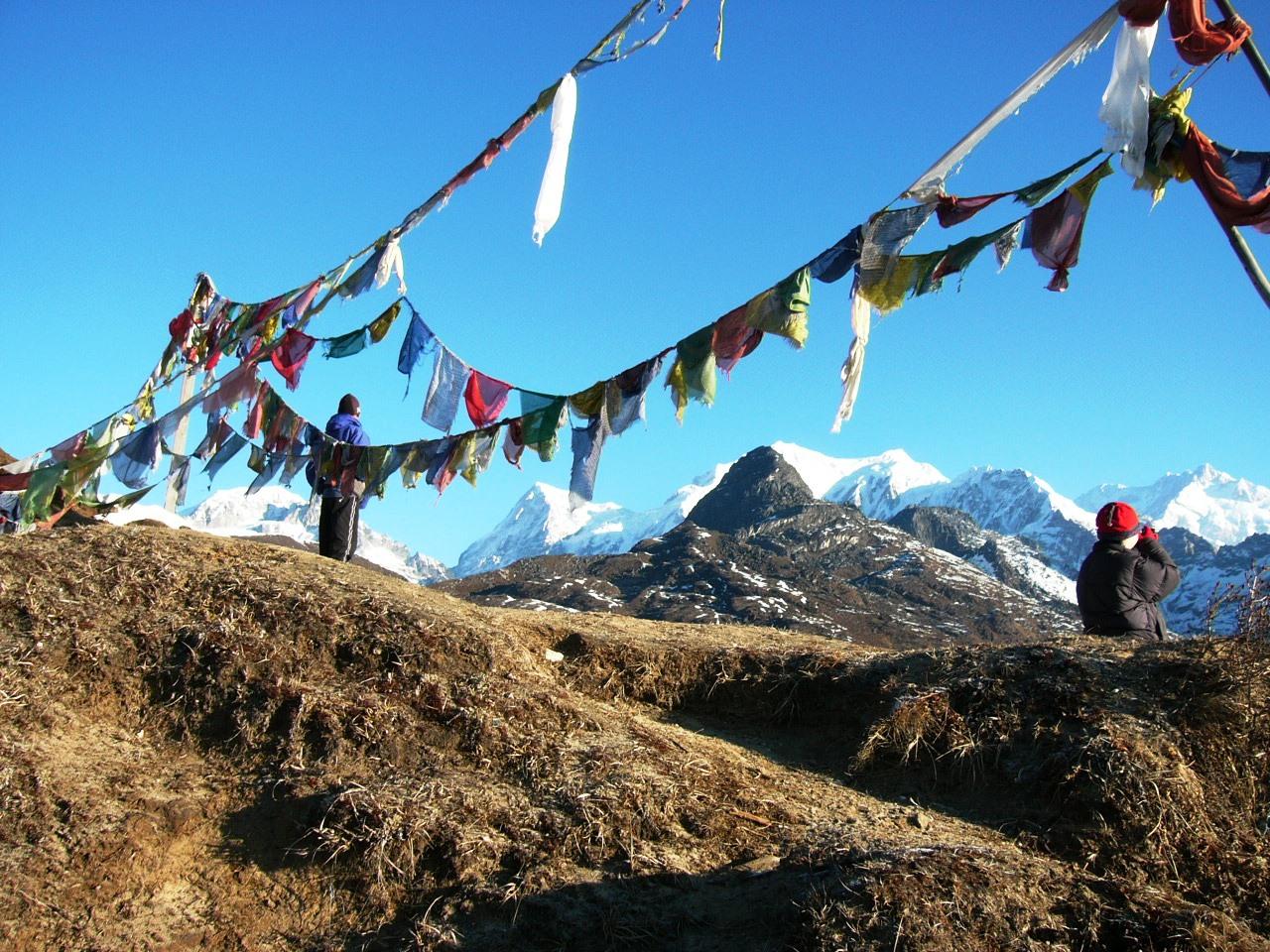 チベット仏教の祈祷布たなびくゾングリ・トップからのシッキム・ヒマラヤのパノラマ(7日目と8日目)
