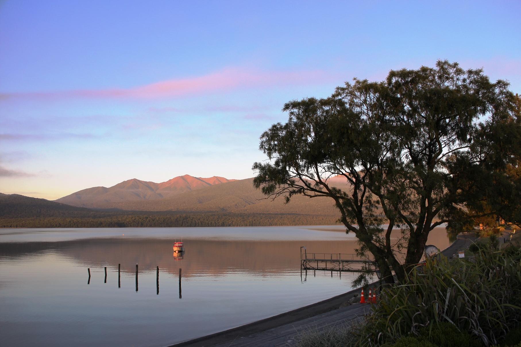 朝焼けのテアナウ湖畔