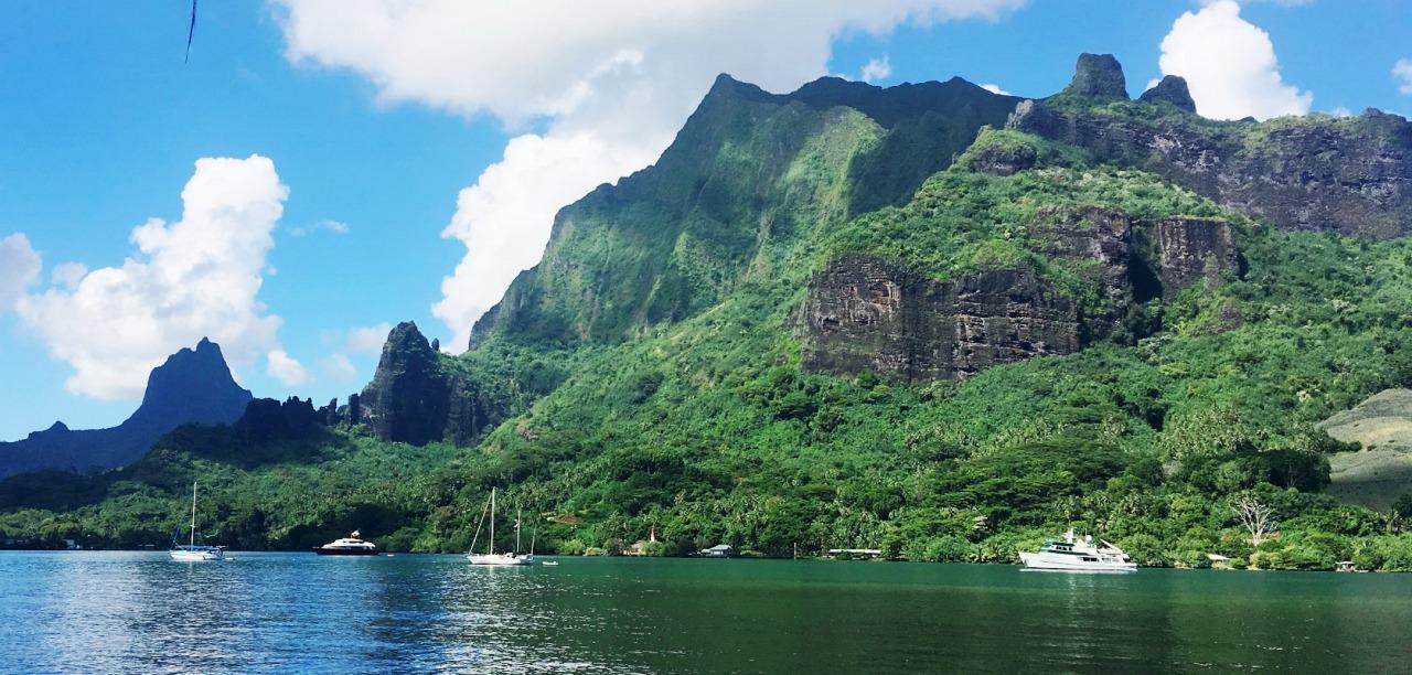 モーレア島の荒々しい山々