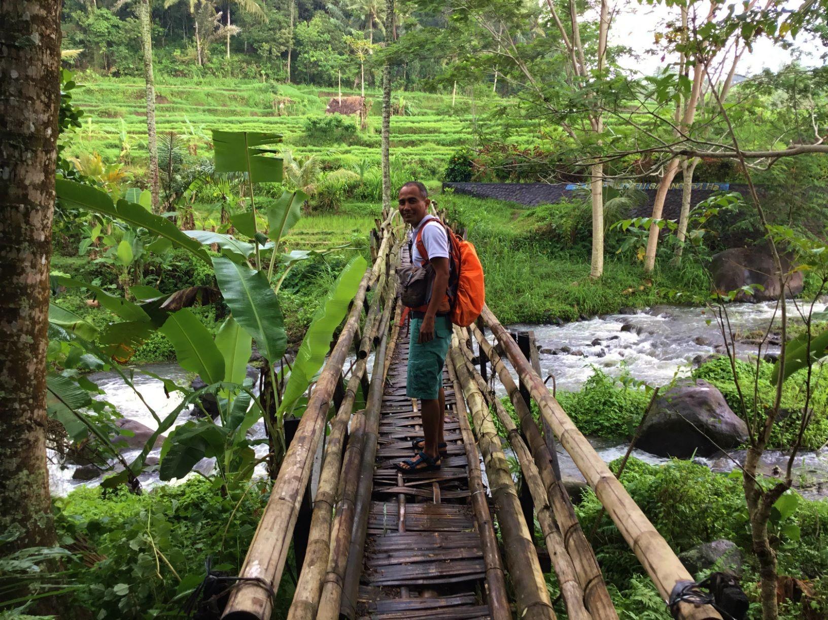 ハイキングのスタートは竹製の橋を渡る(3日目)